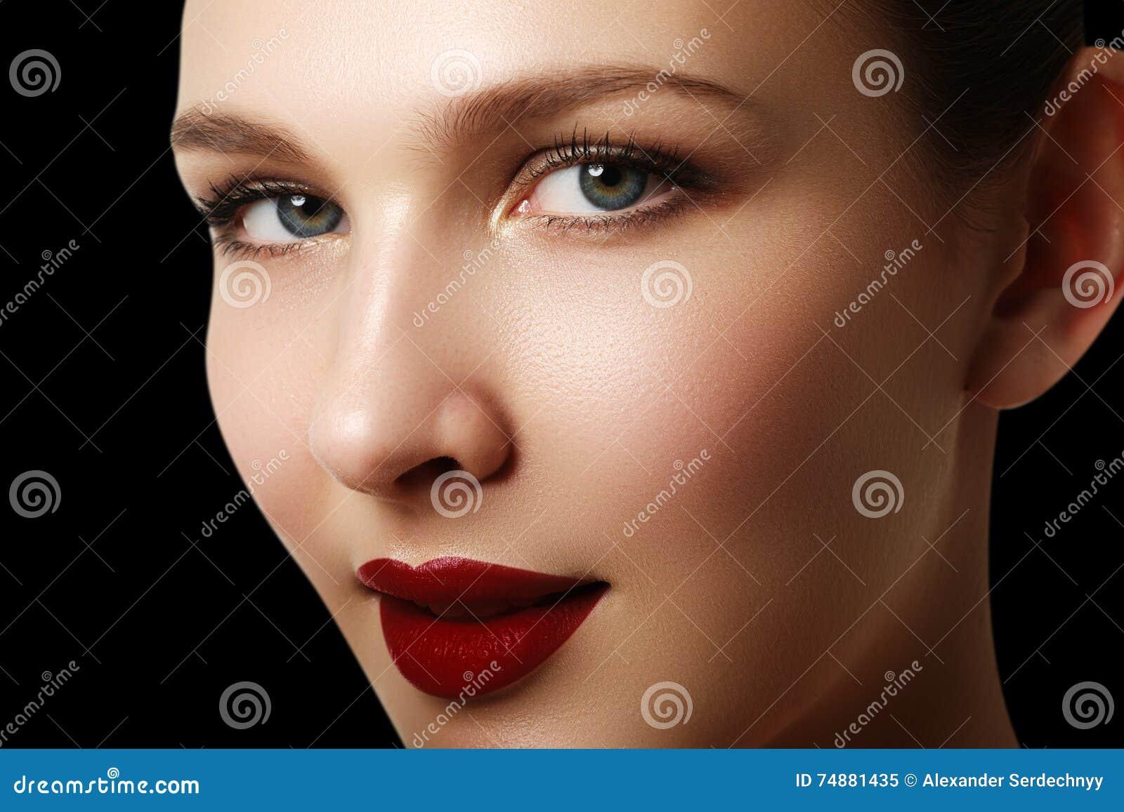 Retrato bonito da cara do modelo da mulher da forma com batom vermelho g
