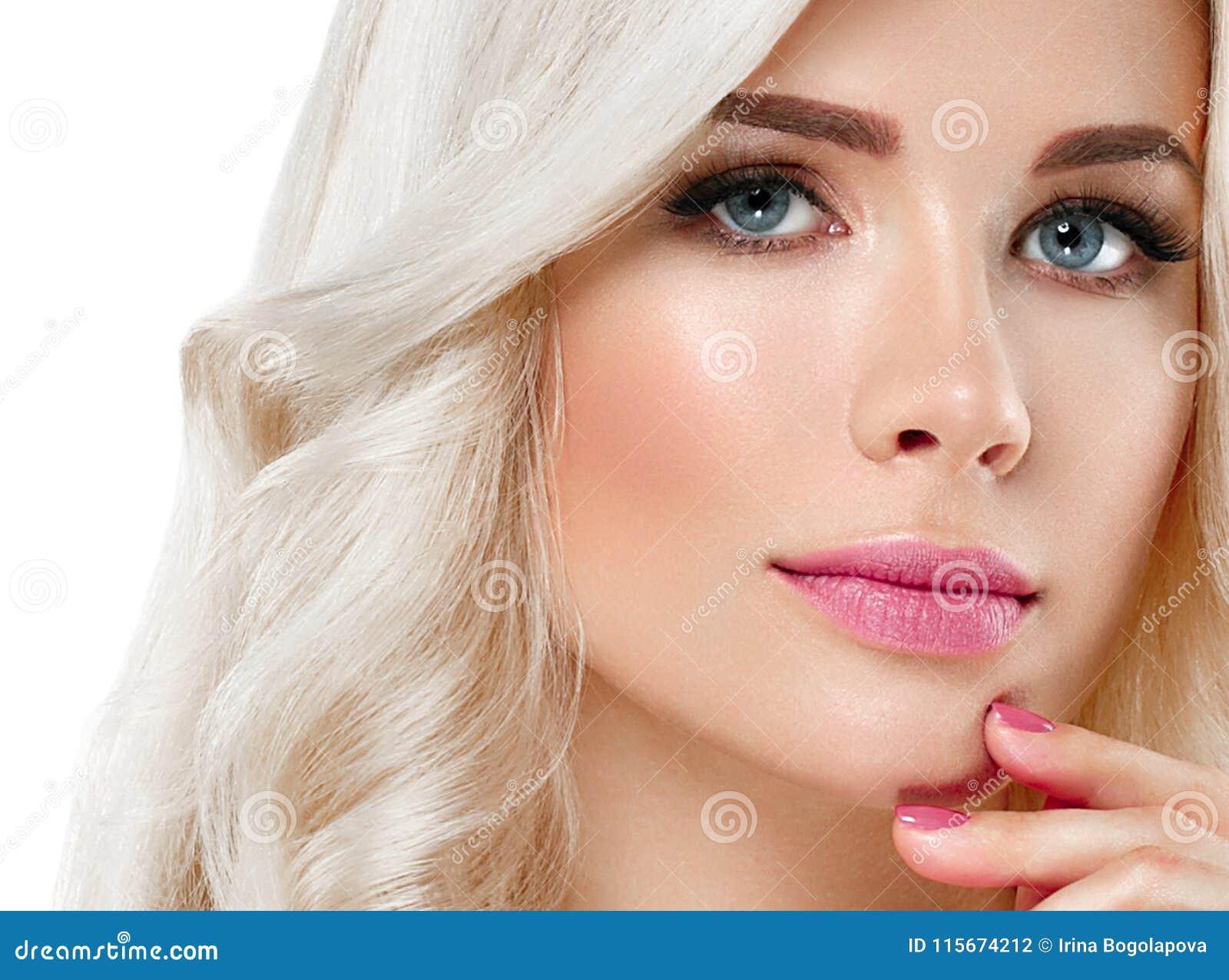 Retrato bonito da mulher loura Conceito cosmético, platina Blon