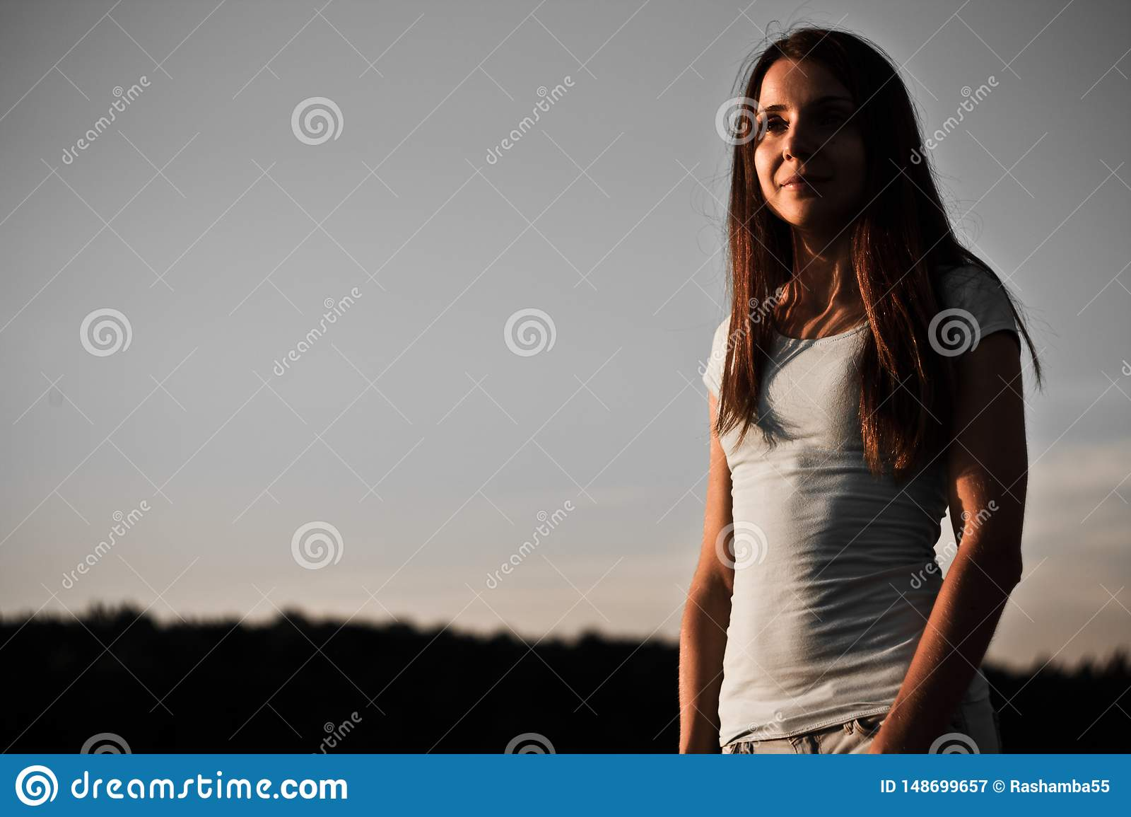 Retrato bonito de la muchacha en oscuro