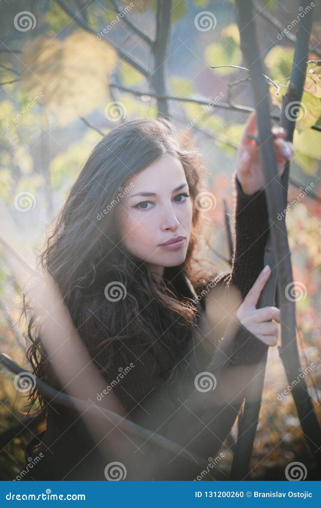 Retrato bonito novo do outono da mulher na floresta