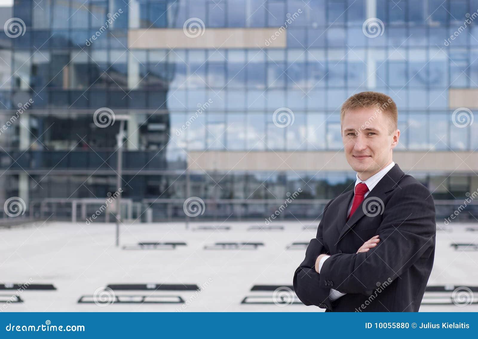 Retrato cheio do corpo de um homem de negócio ocasional