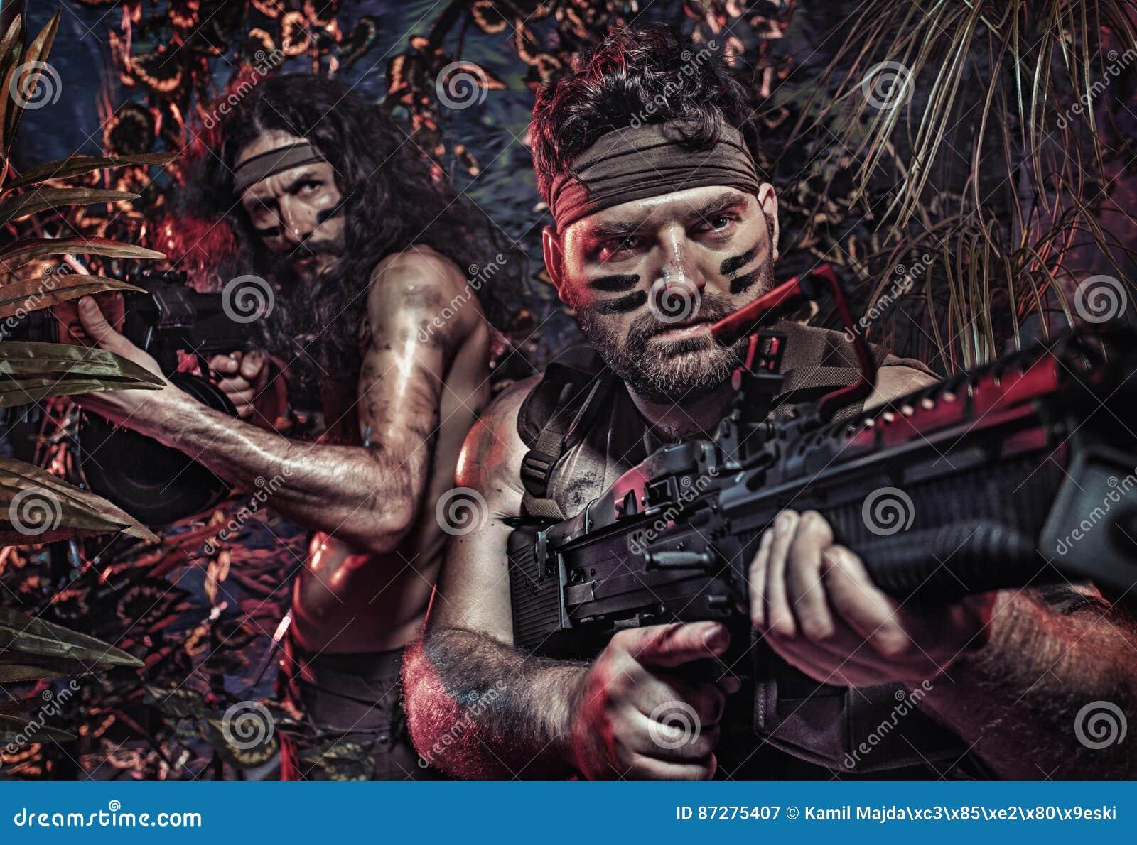 Retrato colorido de dos soldados serios que luchan en el jung