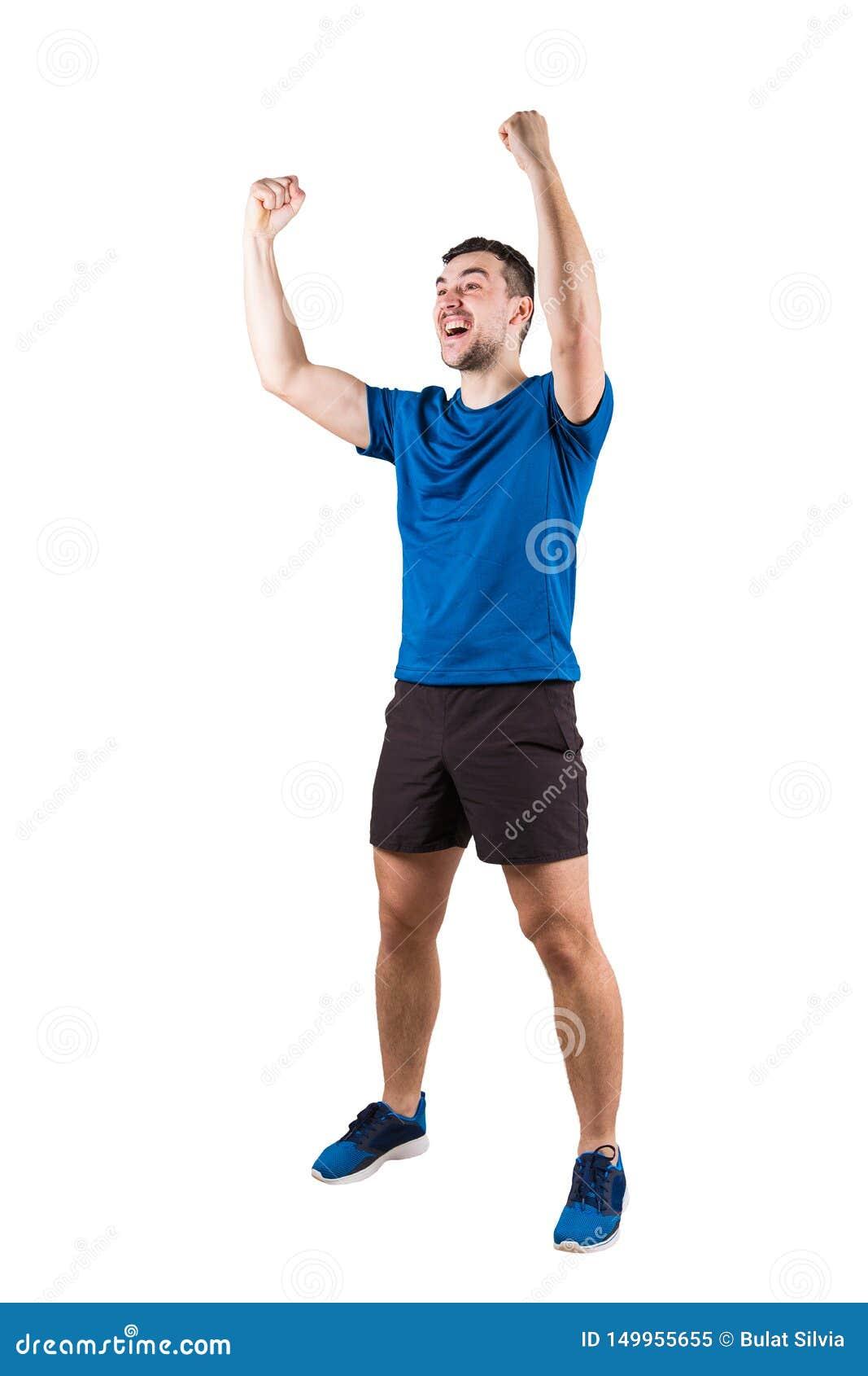 Retrato completo do comprimento do atleta do homem novo com as mãos levantadas, comemorando a vitória Conceito superado auto, con