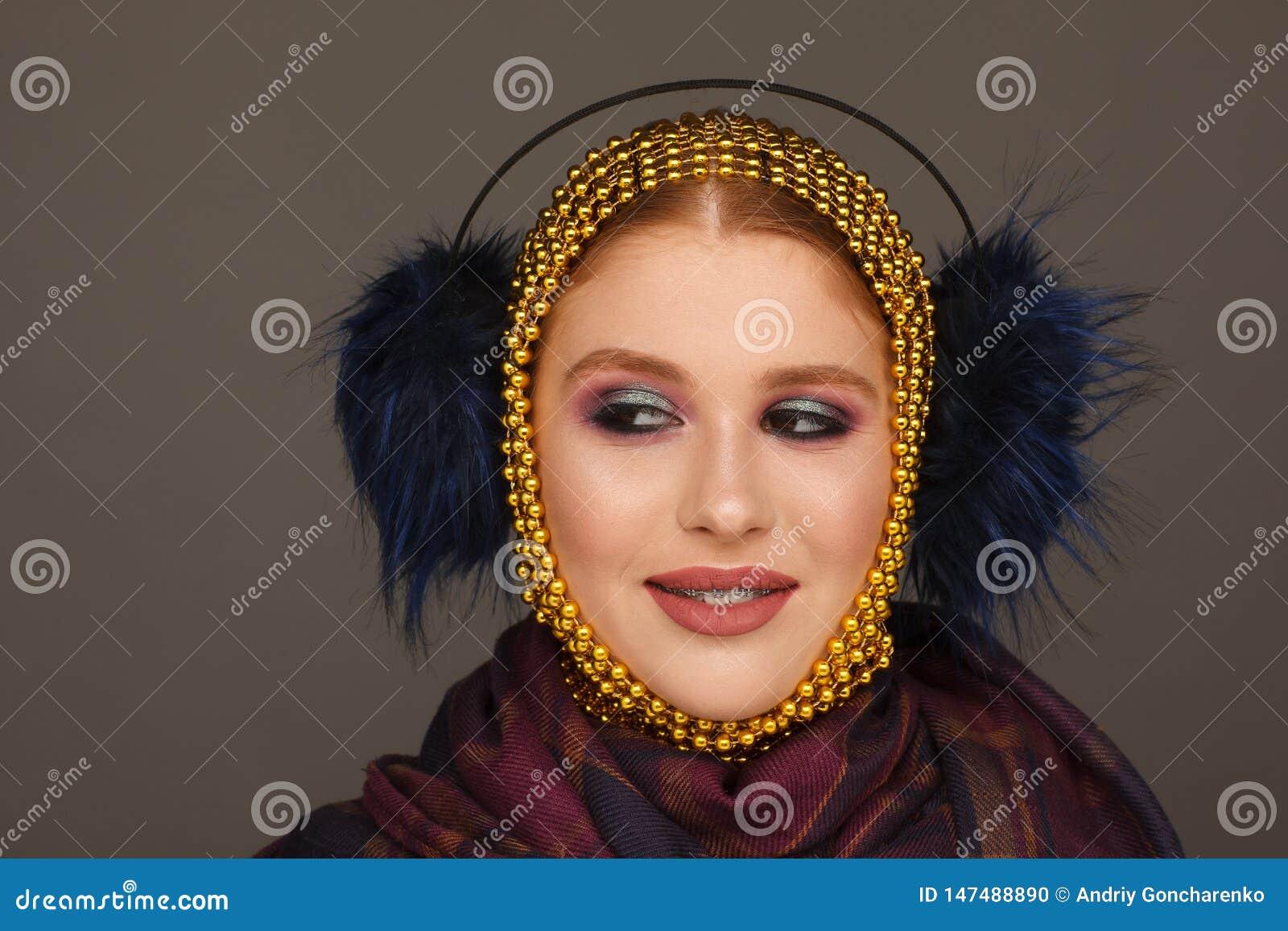 Retrato criativo de uma mulher interessante em um estilo incomum usando o chaplet Sess?o de foto do est?dio