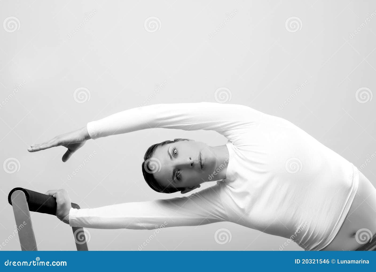 Retrato da aptidão do esporte da mulher de Pilates
