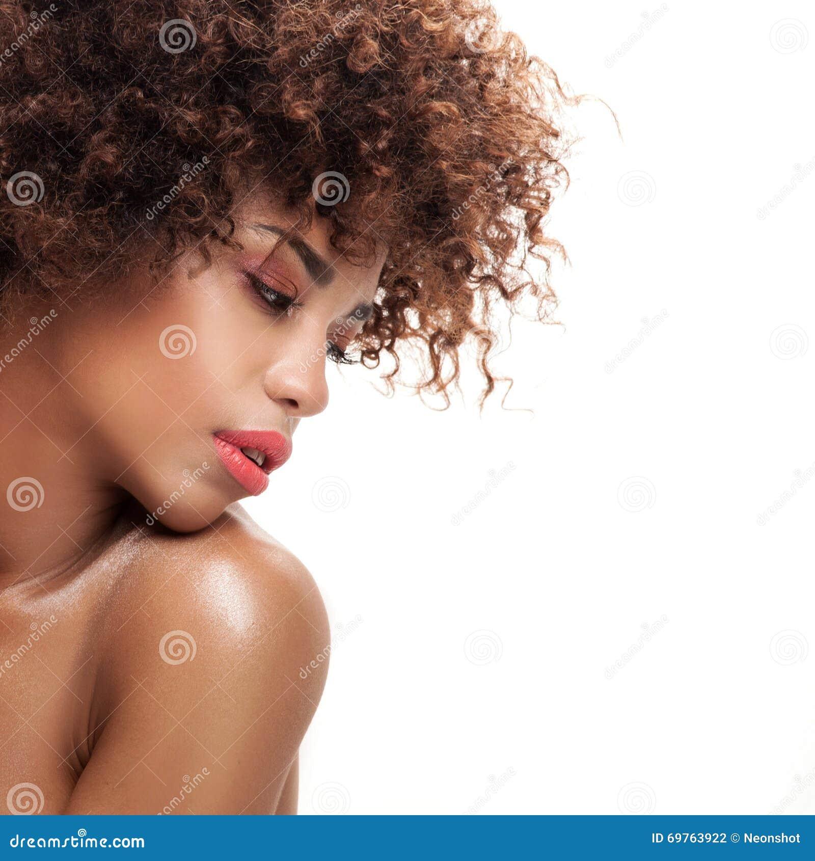 Retrato da beleza da menina com afro