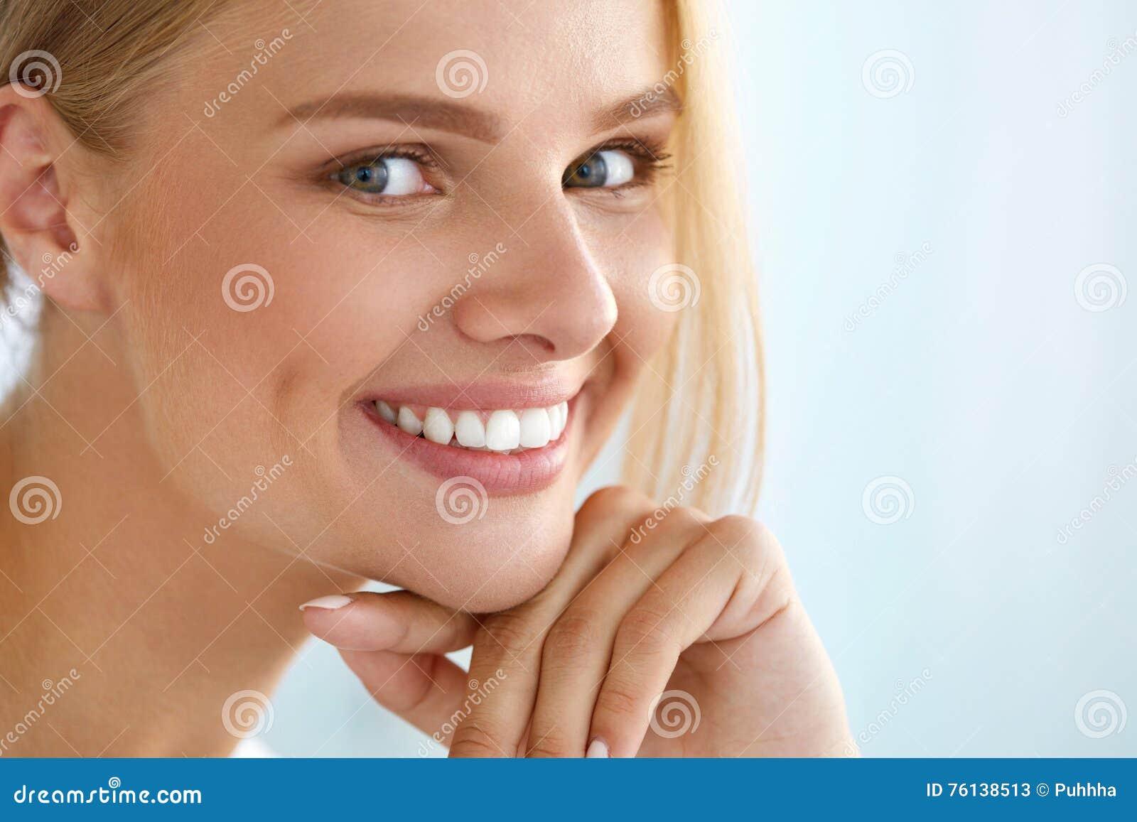 Retrato da beleza da mulher com sorriso bonito da cara fresca do sorriso