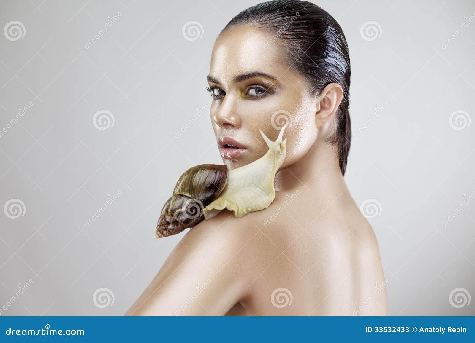 Retrato da beleza de uma jovem mulher que guardara o caracol