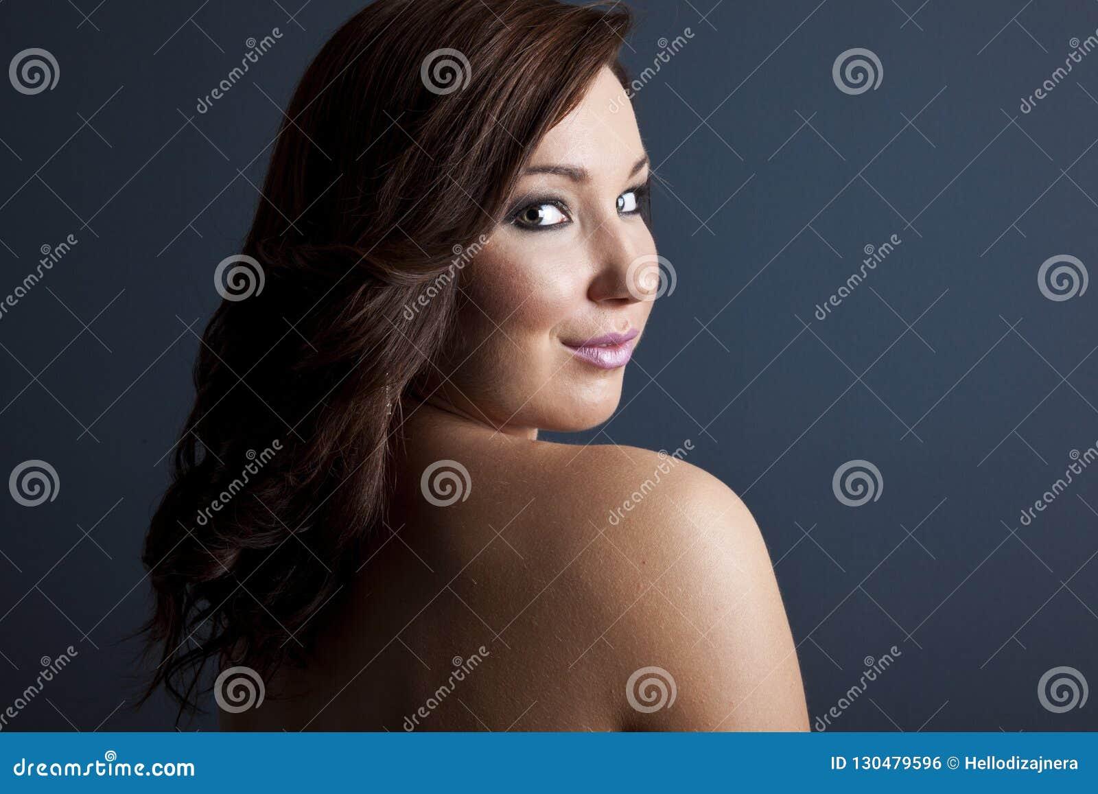 Retrato da beleza da forma da menina bonita Composição profissional