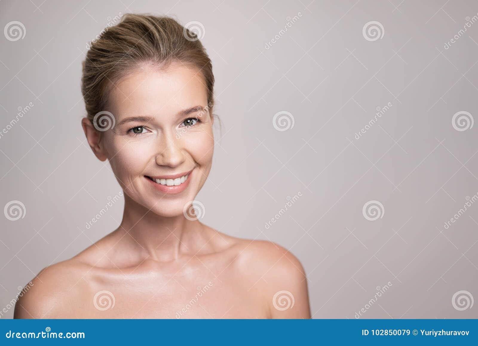 Retrato da beleza da mulher atrativa do louro da Idade Média