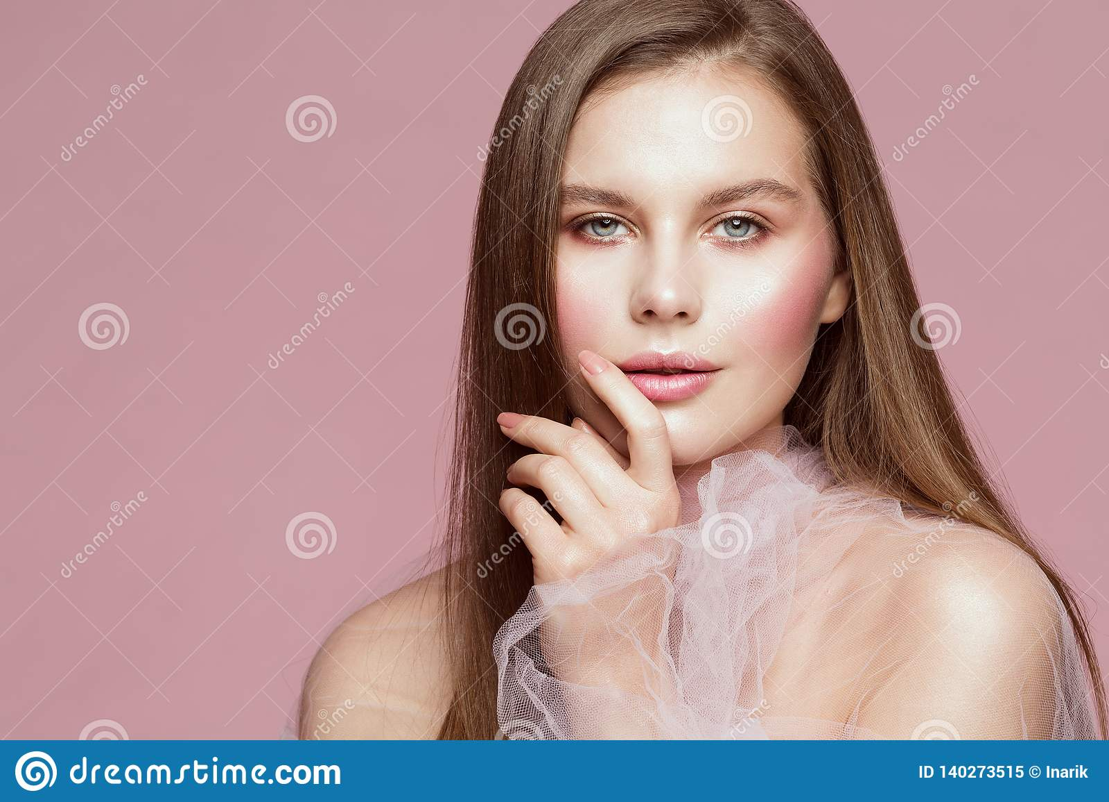 Retrato da beleza da mulher, Touching Face Lips modelo, composição bonita da menina e pregos