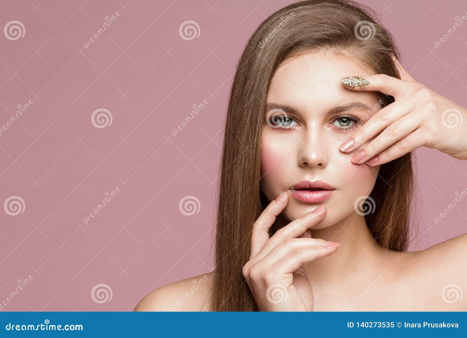 Retrato da beleza da mulher, Touching Face modelo, menina bonita que mostra a composição e os pregos, olhando através dos dedos