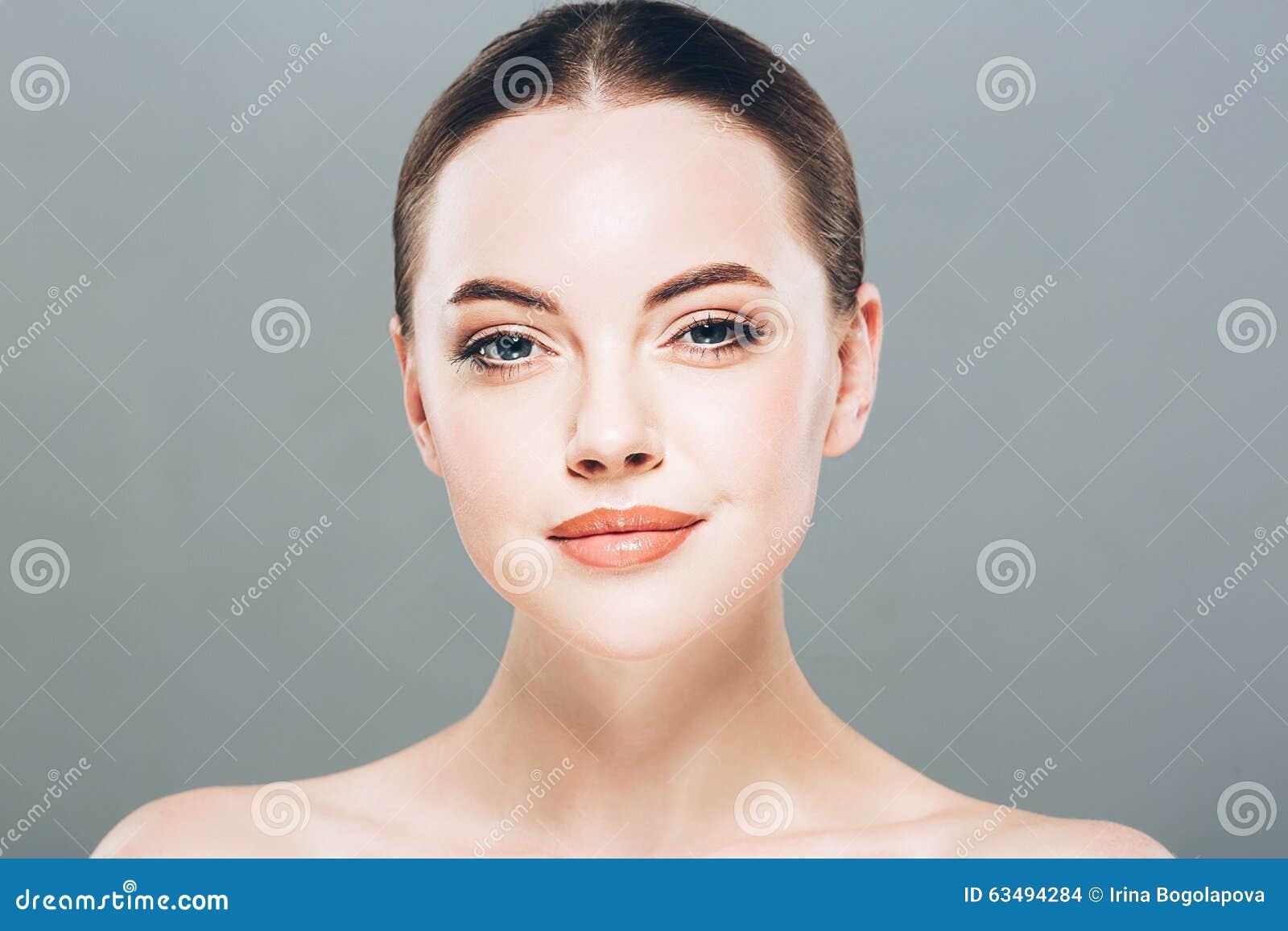 Retrato da cara da mulher da beleza Menina bonita do modelo dos termas com pele limpa fresca perfeita Fundo cinzento