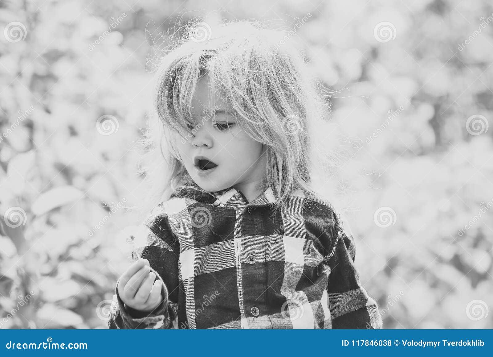 Retrato da cara da menina no seu advertisnent Liberdade, atividade, descoberta
