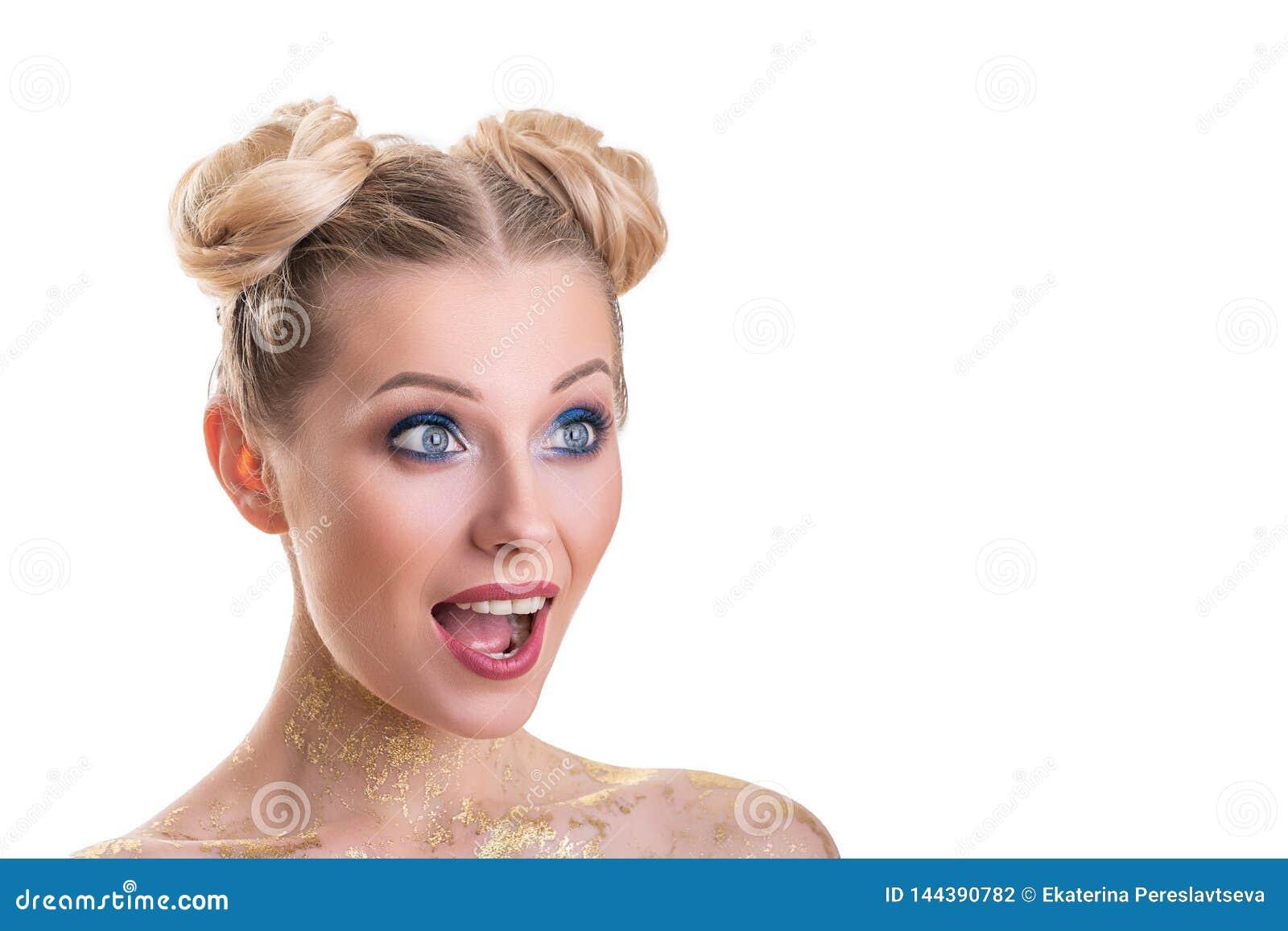 Retrato da cara da mulher da beleza Menina bonita do modelo dos termas com pele limpa fresca perfeita Câmera de vista fêmea loura