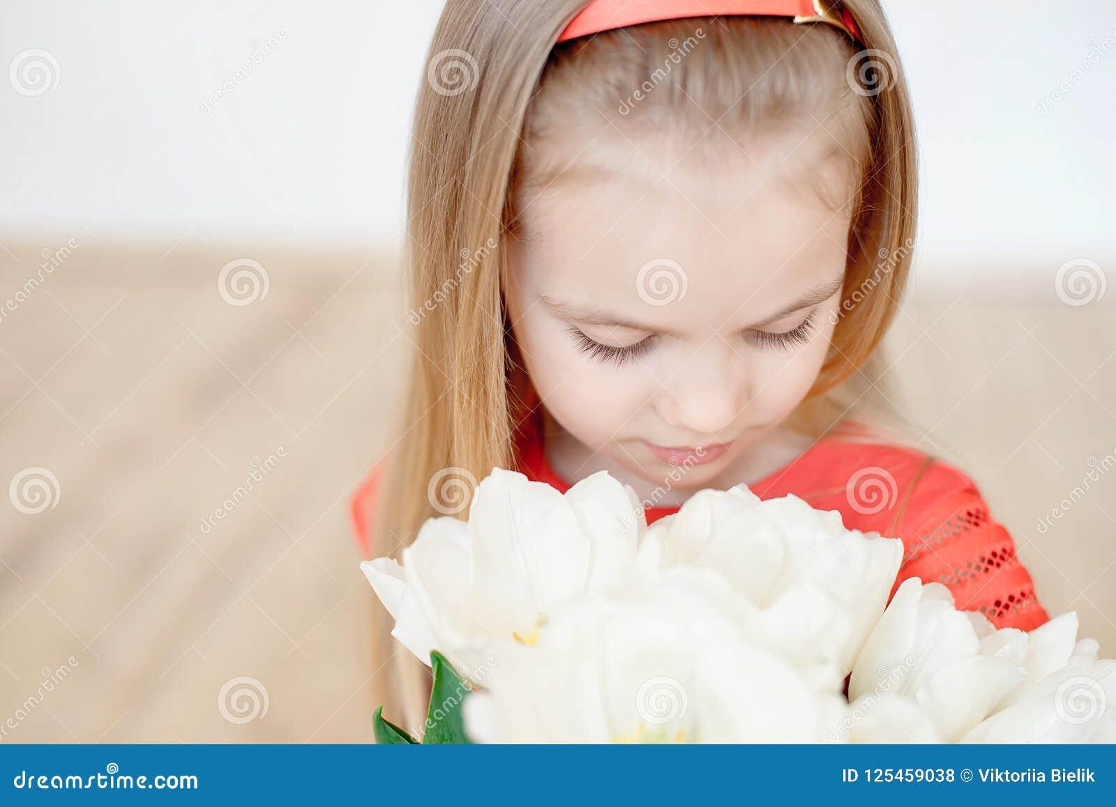 Retrato da criança de sorriso pequena da menina no vestido colorido