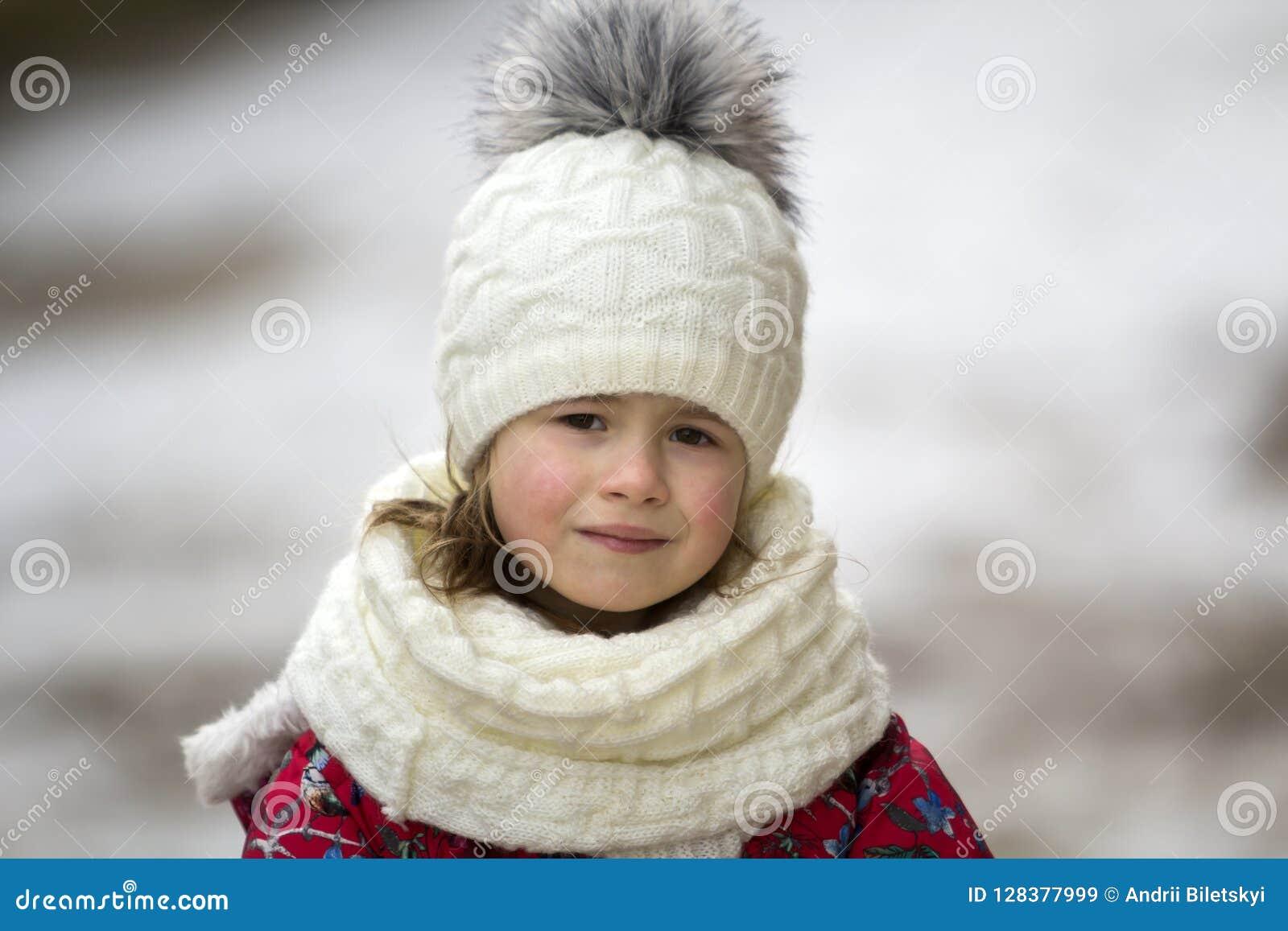 Retrato da criança loura de sorriso bonita engraçada nova pequena bonito g