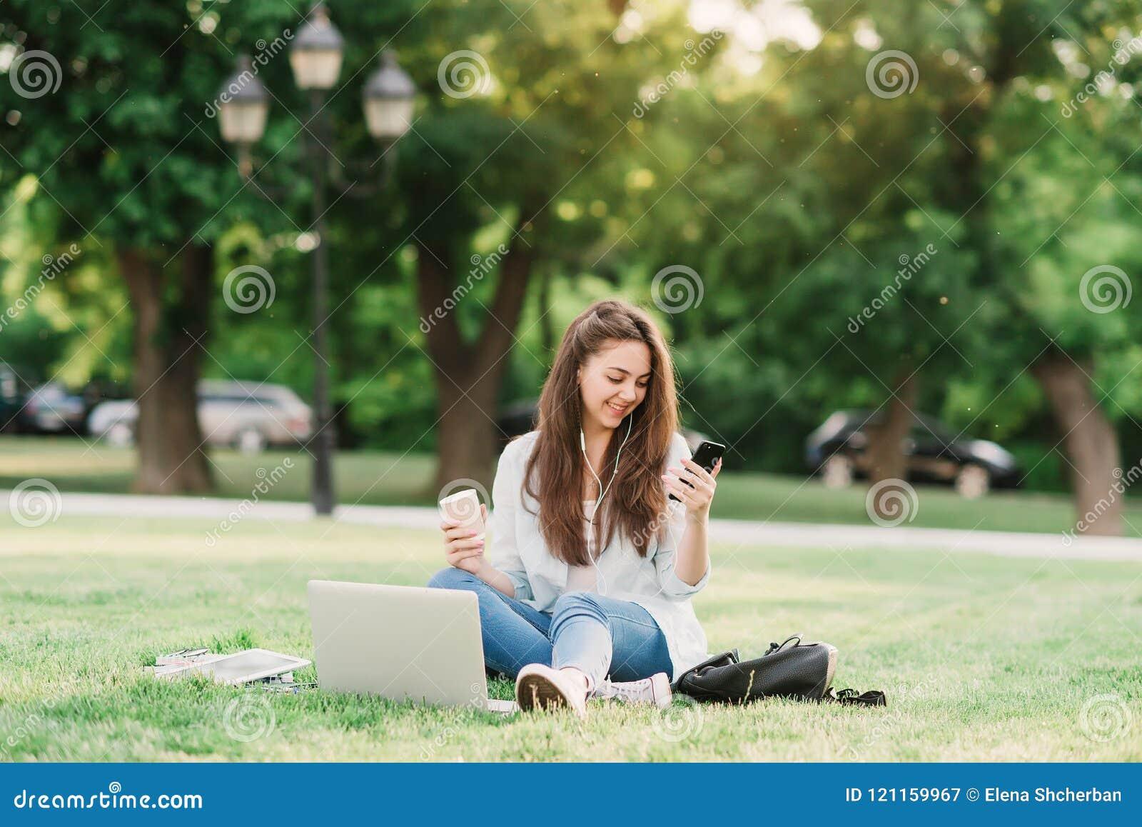 Retrato da estudante universitário fêmea Outdoors On Campus