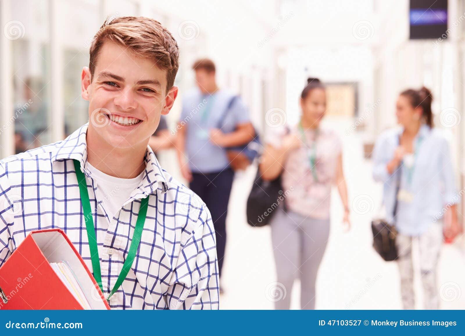 Retrato da estudante universitário masculina In Hallway