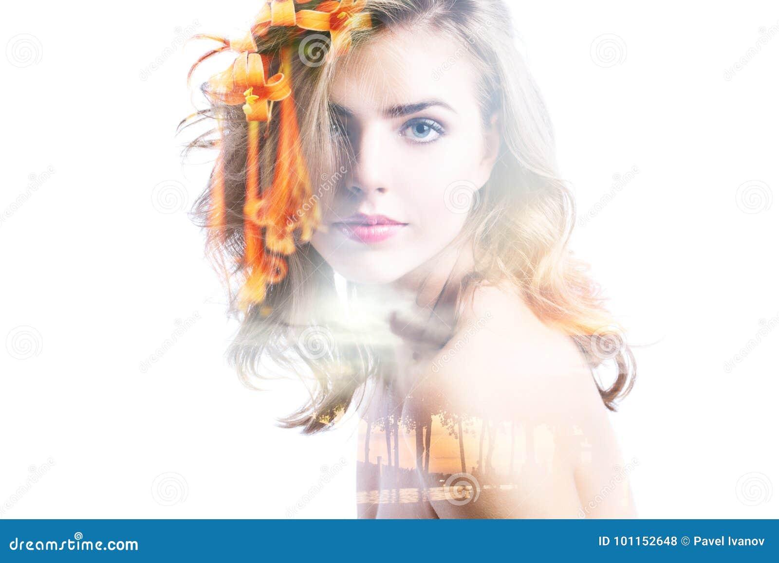 Retrato da exposição dobro da mulher, do mar do por do sol e de flores bonitos