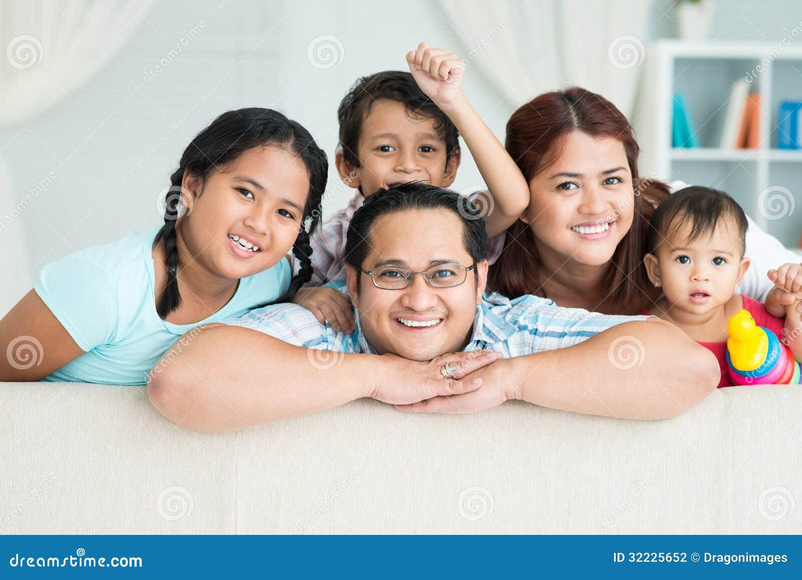 Download Retrato da família foto de stock. Imagem de asian, feliz - 32225652