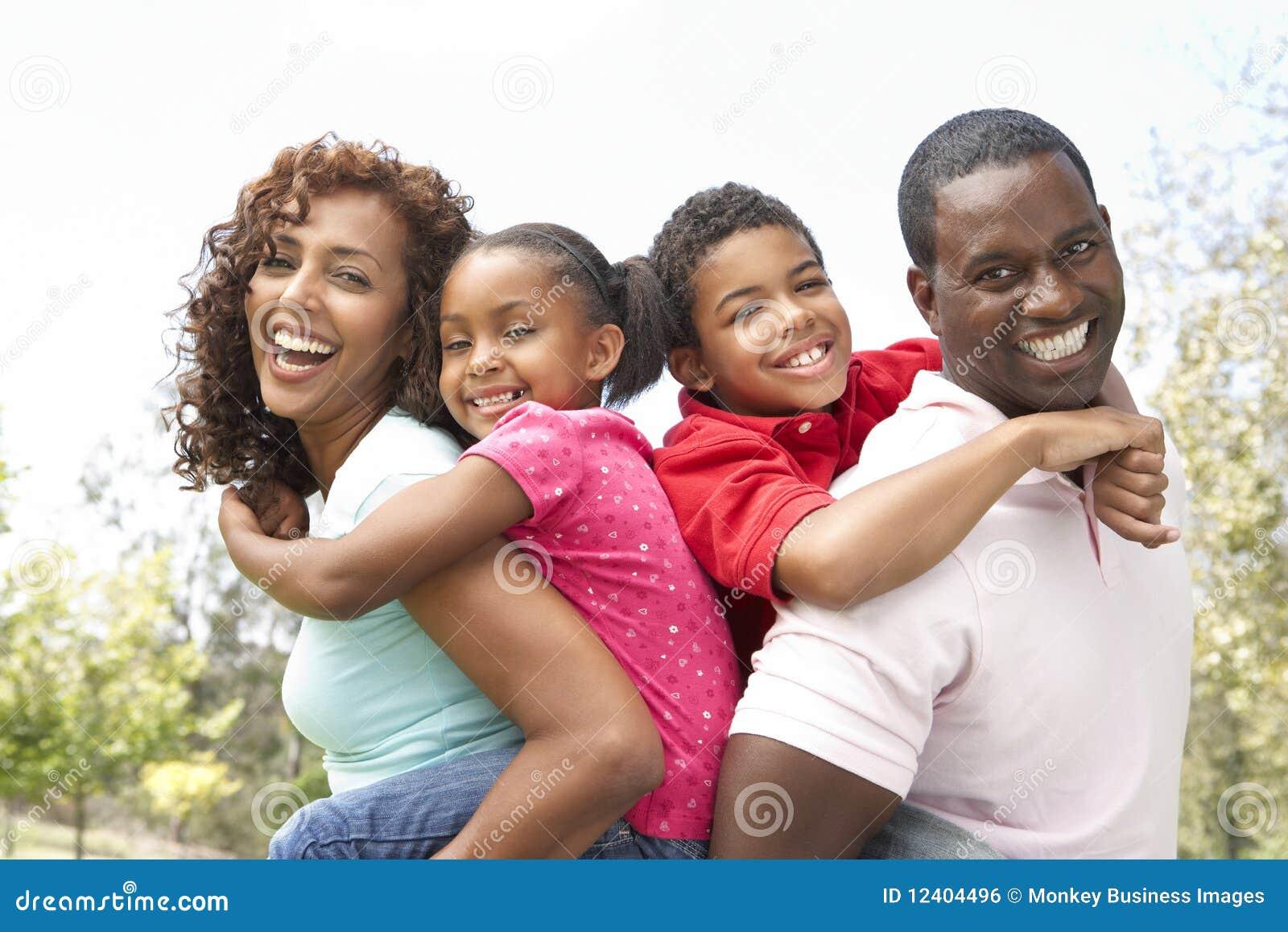 Retrato da família feliz no parque