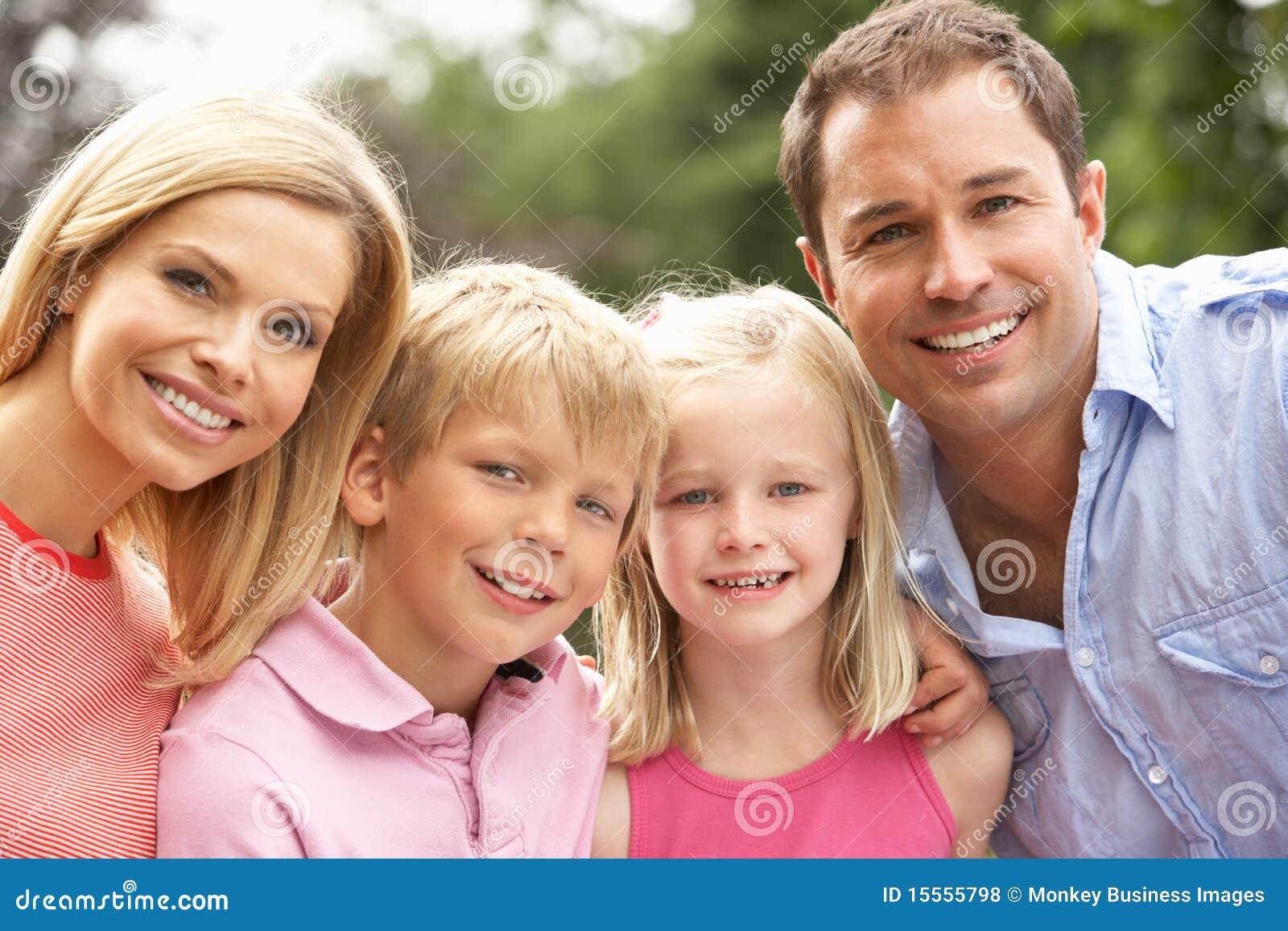 Retrato da família que relaxa no campo