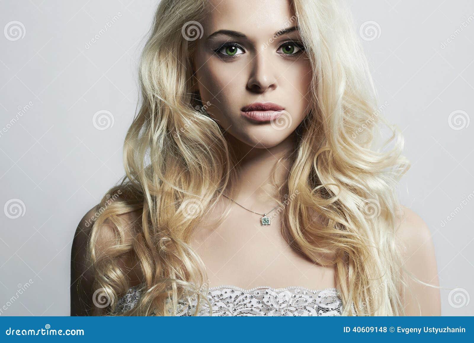 Retrato da forma da mulher bonita nova Louro  sexy  Penteado encaracolado
