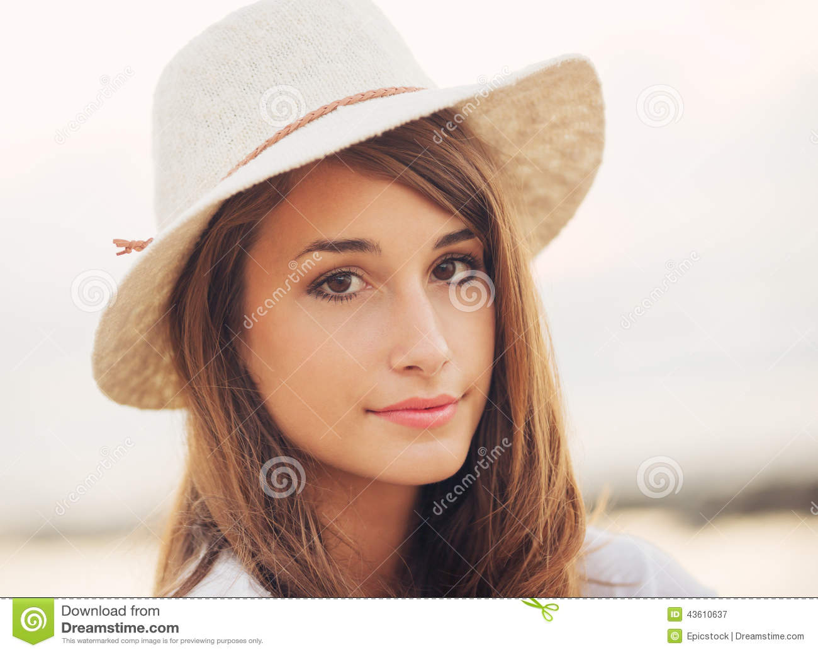 Retrato da forma da mulher nova bonita