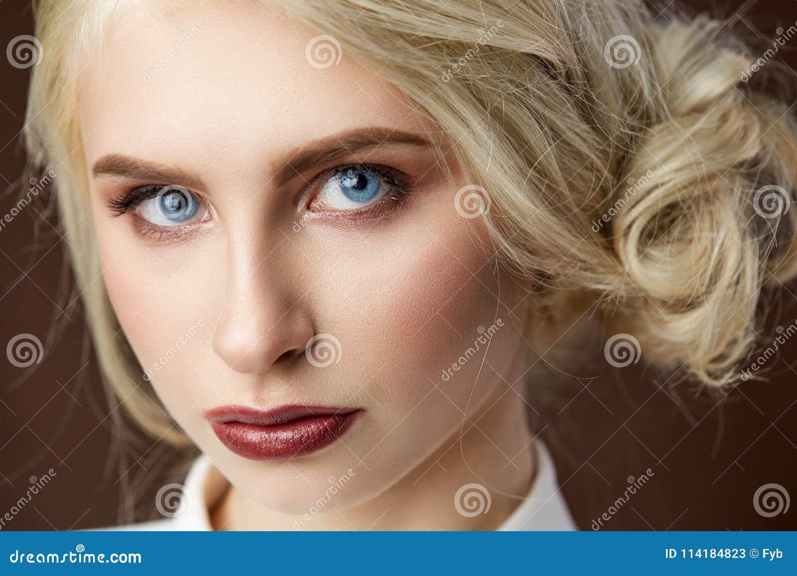 Retrato da foto loura nova bonita da forma da menina