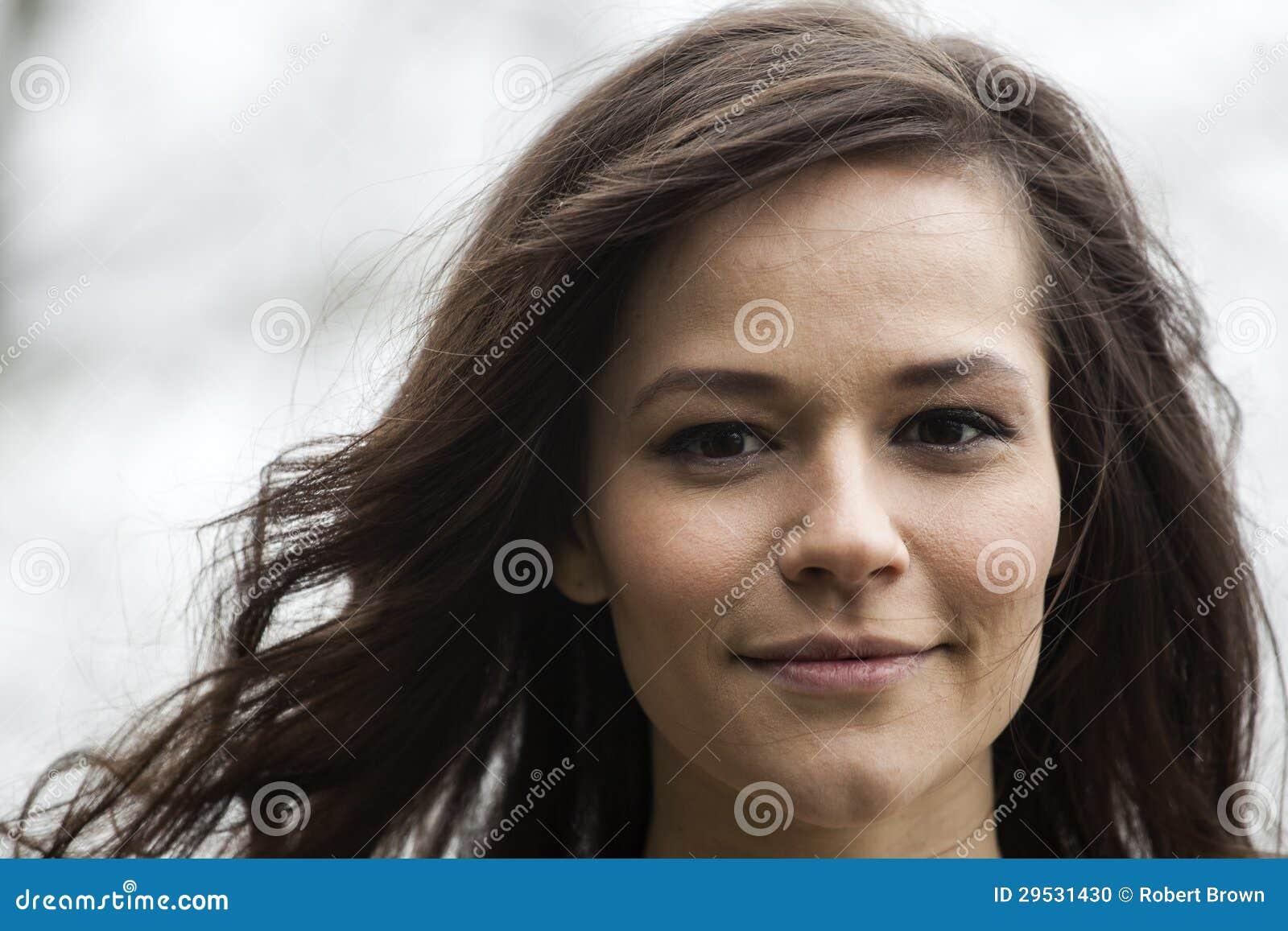 Retrato da jovem mulher bonita com cabelo de Brown