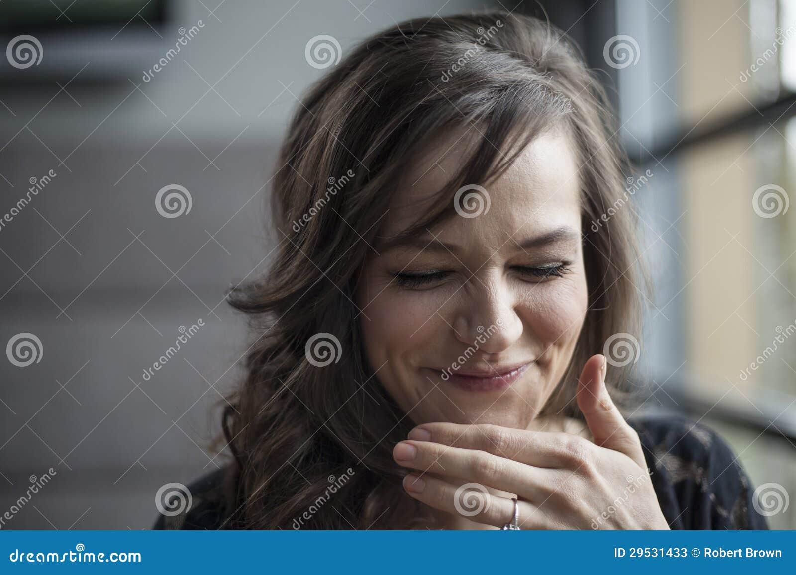 Retrato da jovem mulher bonita com riso do cabelo de Brown