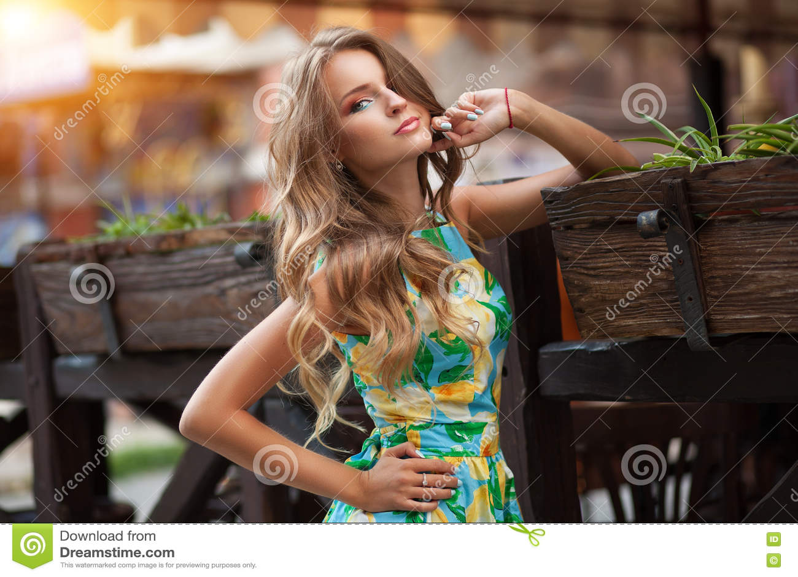 Retrato da jovem mulher bonita no vestido romântico no sunse