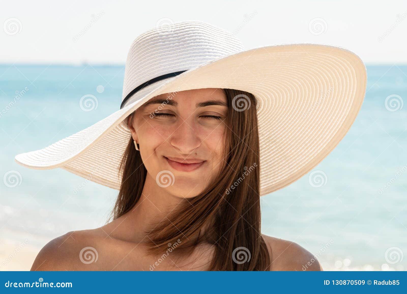 321033e755 Retrato Da Jovem Mulher Com Chapéu Da Praia Imagem de Stock - Imagem ...