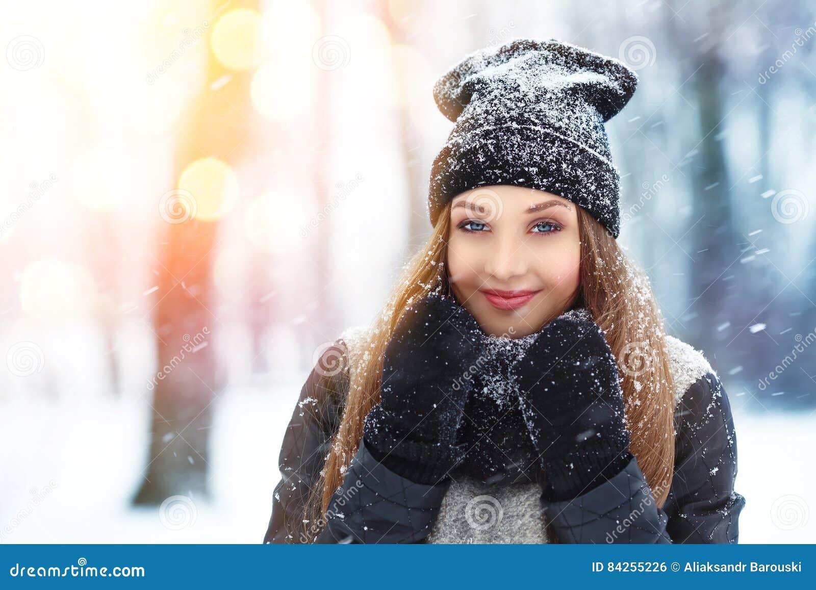 Retrato da jovem mulher do inverno Beleza Girl modelo alegre que ri e que tem o divertimento no parque do inverno Jovem mulher bo