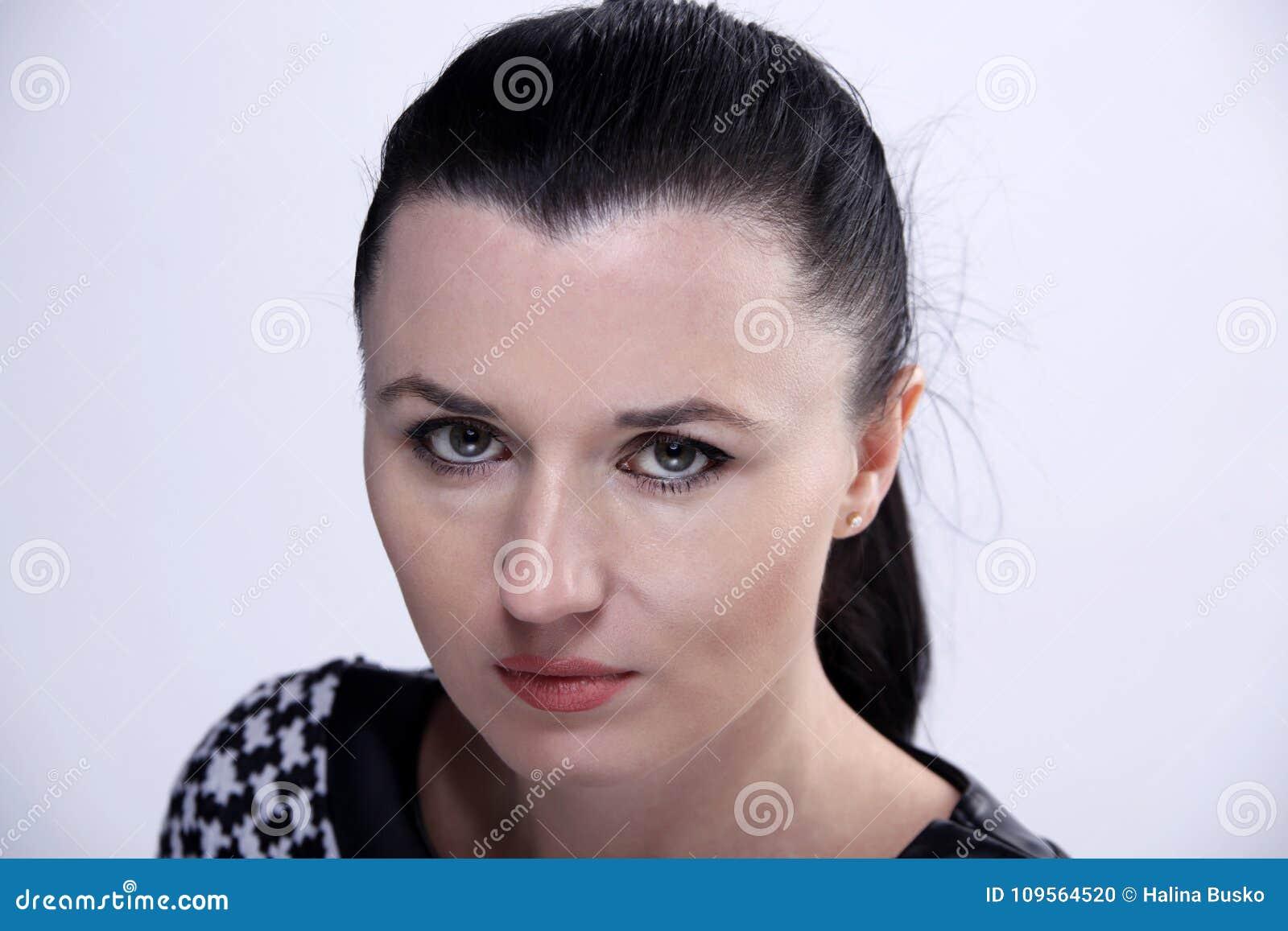 Retrato da jovem mulher da morena com olhos verdes