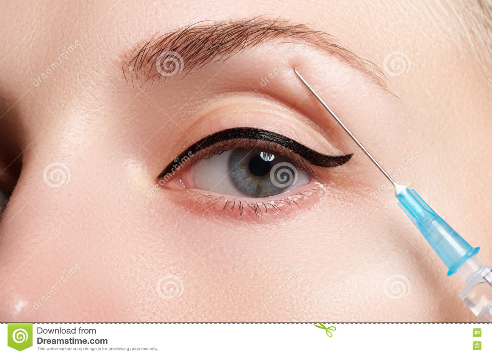Retrato da jovem mulher que obtém a injeção cosmética beleza
