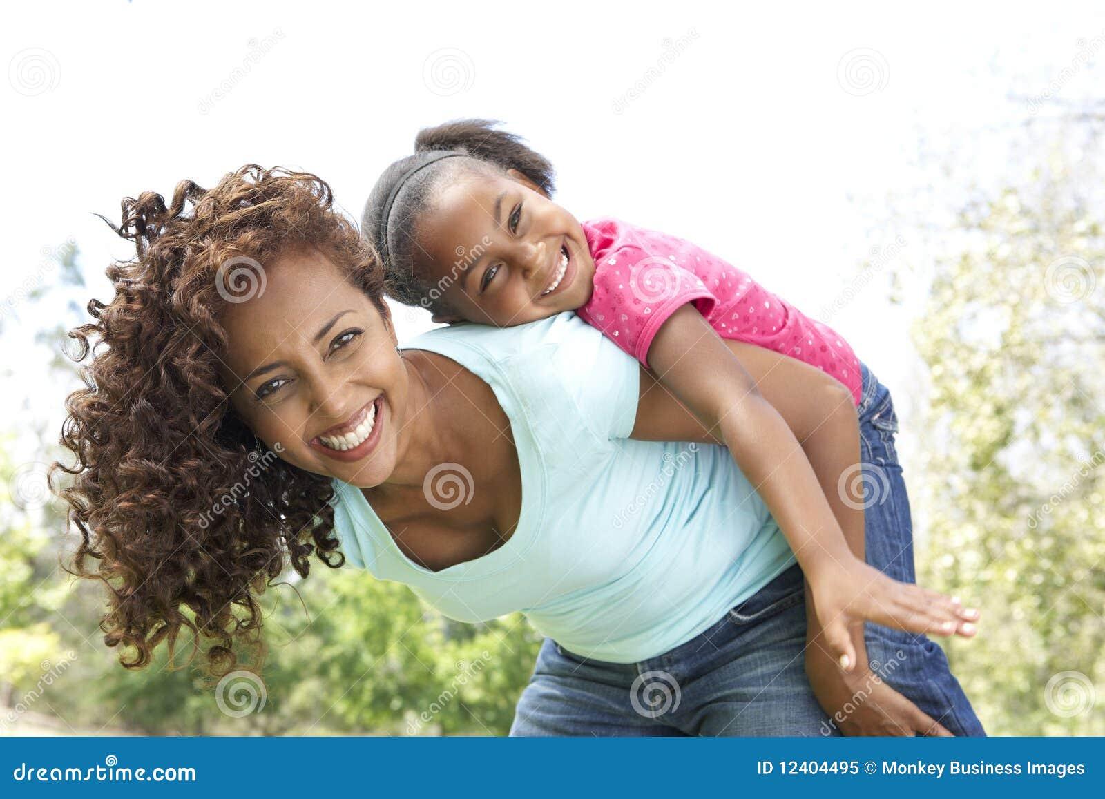 Retrato da matriz e da filha felizes no parque