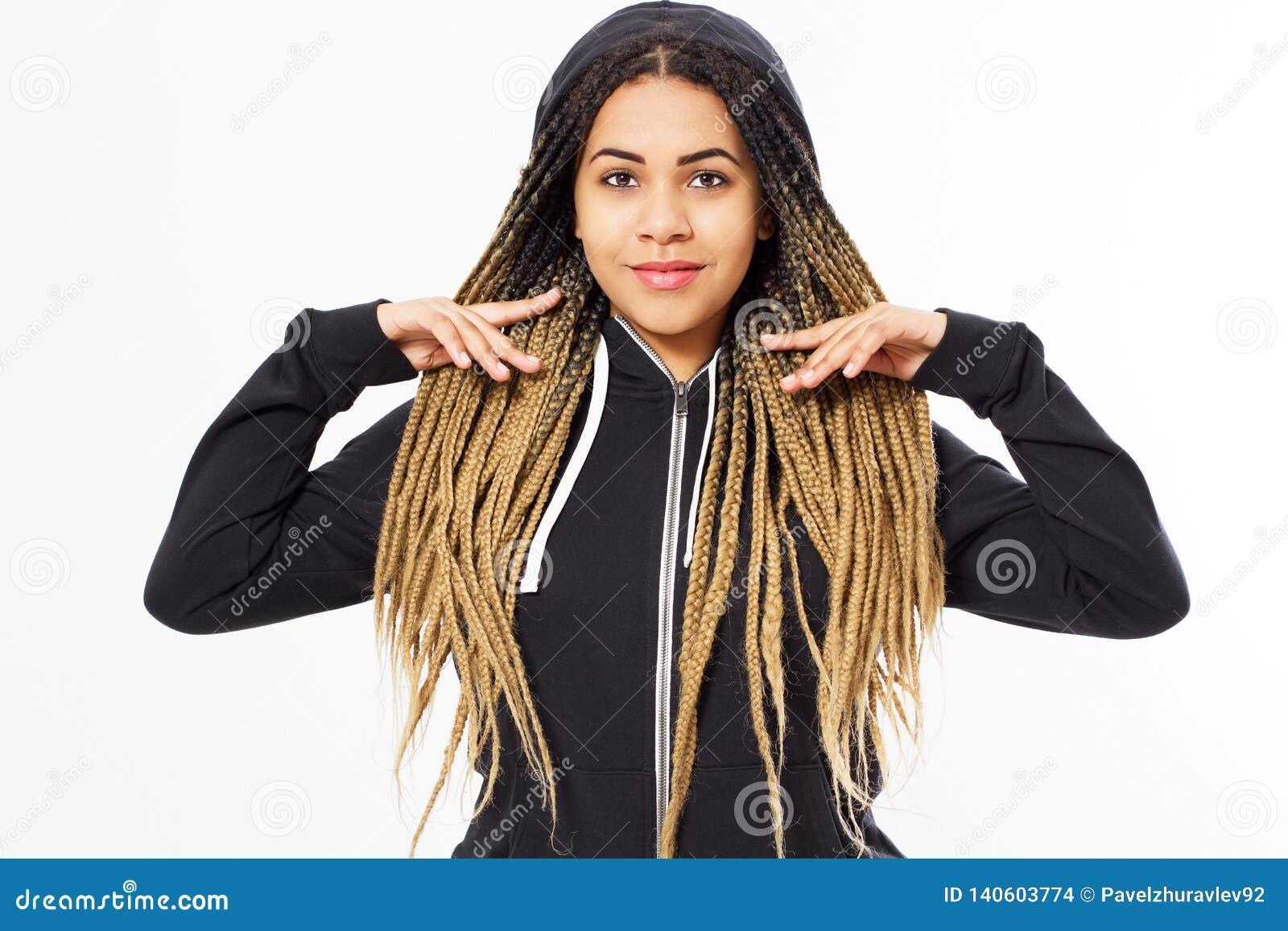 Retrato da menina afro-americana nova do adolescente que veste hoody preto