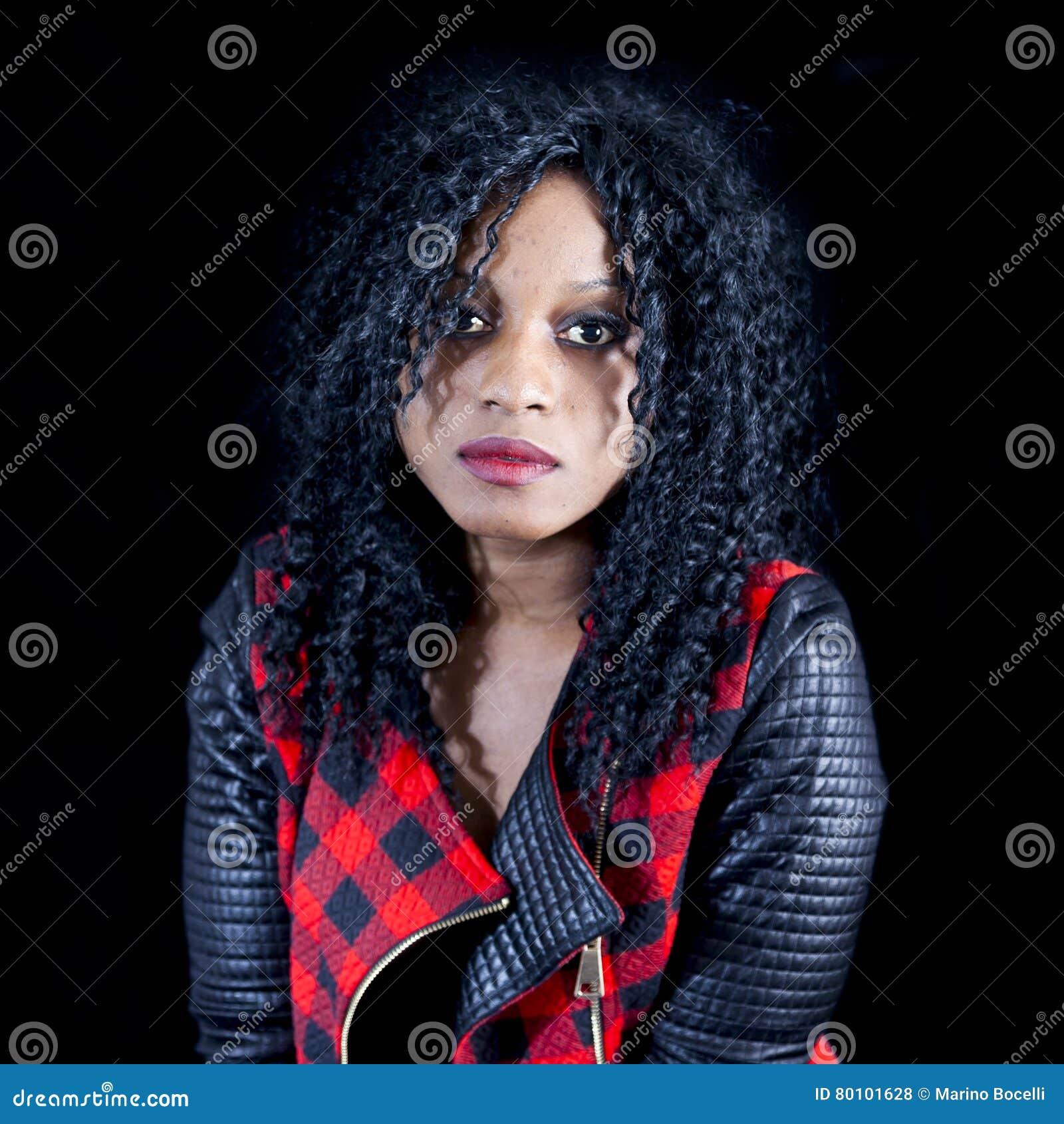 Retrato da menina afro-americano nova bonita