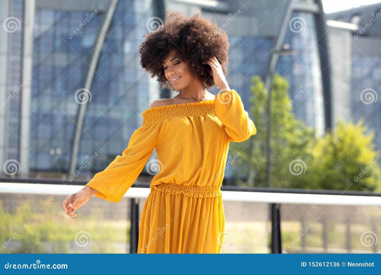 Retrato da menina afro na cidade