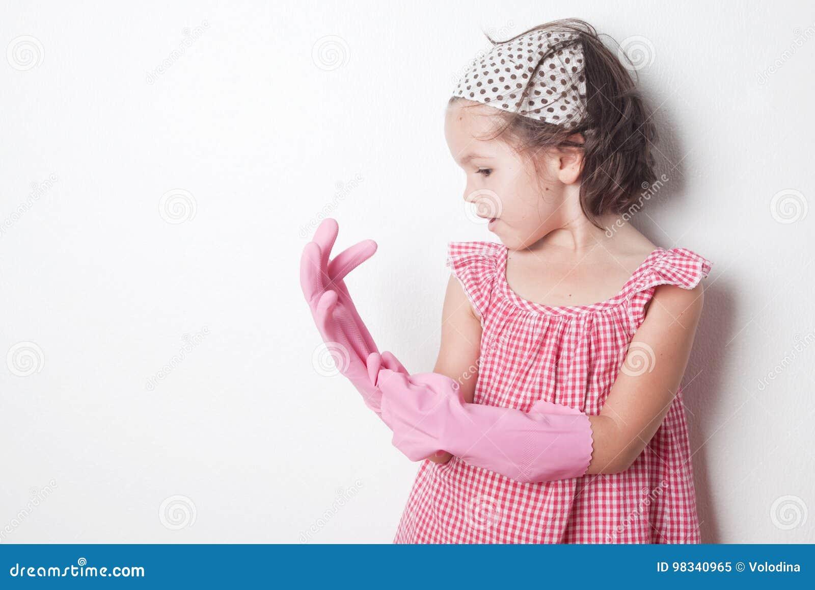 Retrato da menina asiática, ajudante pequeno do ` s da mãe