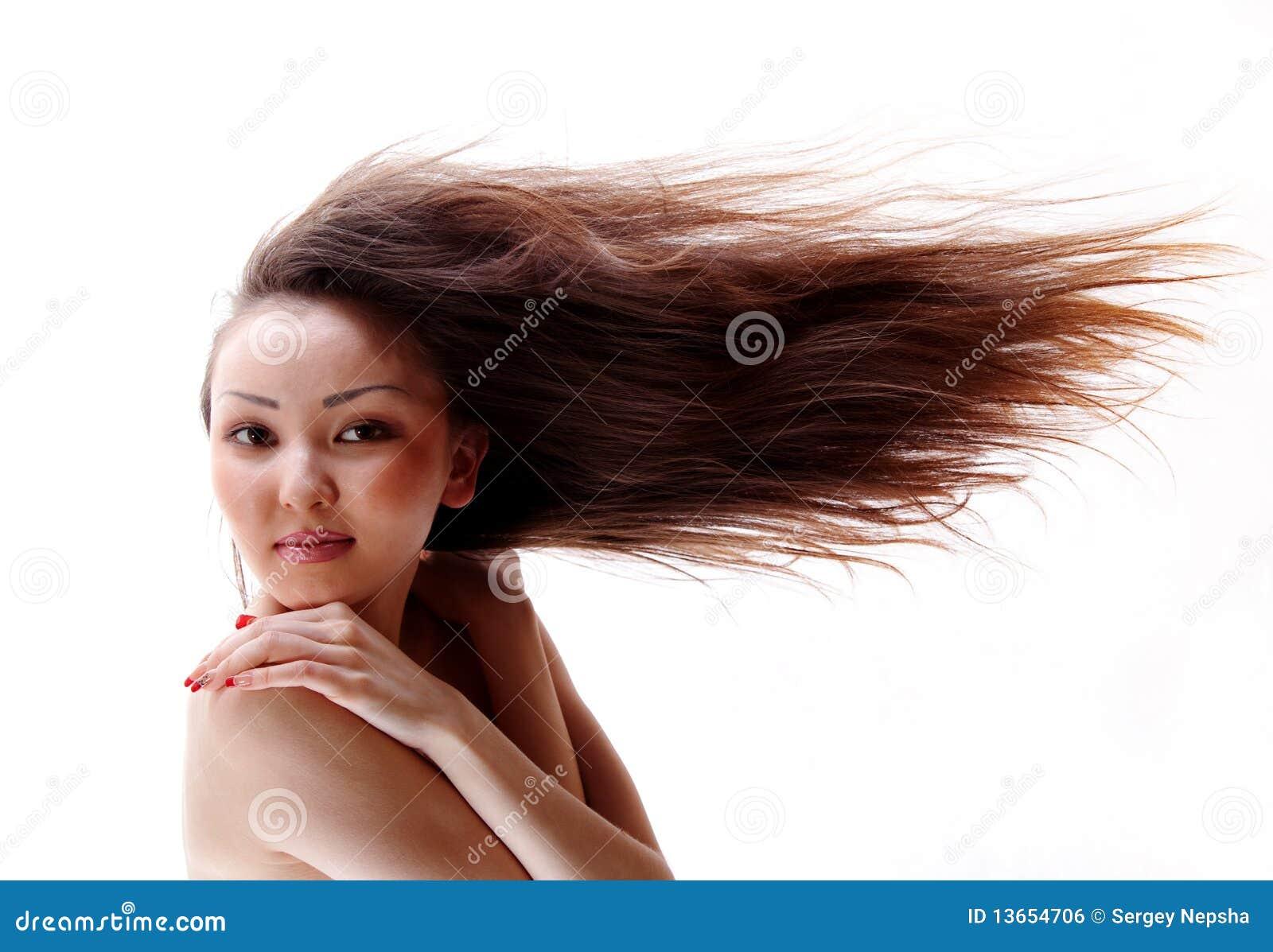 Retrato da menina asiática com um cabelo de fluxo
