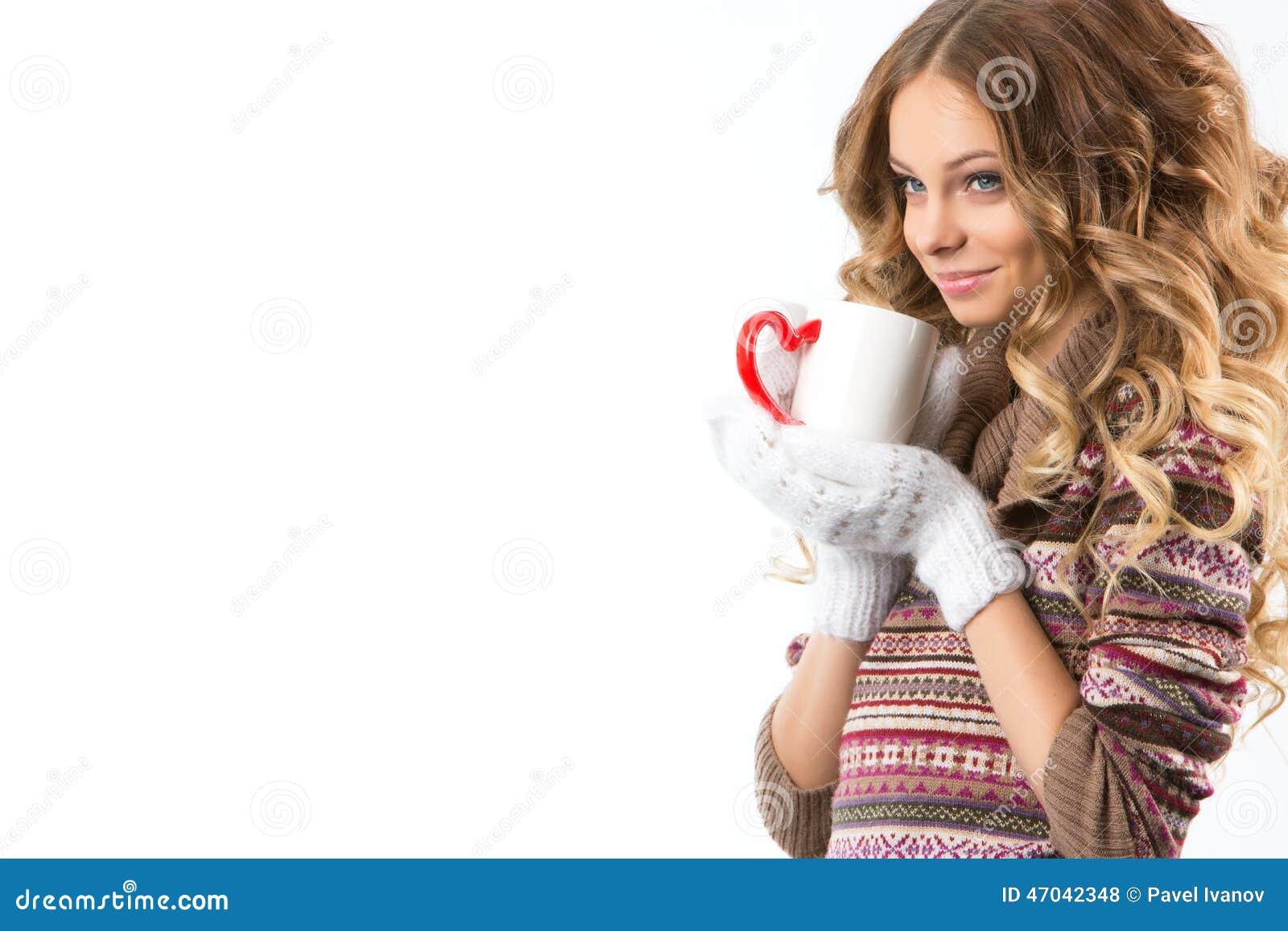 Retrato da menina bonita com copo