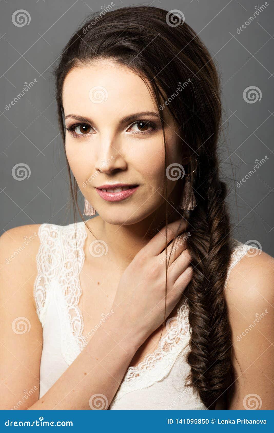 Retrato da menina bonita com a trança fina da composição e dos peixes