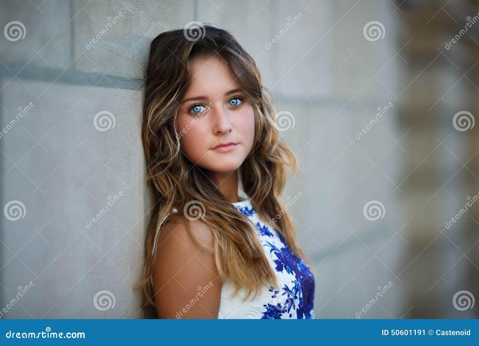 Retrato da menina bonita nova