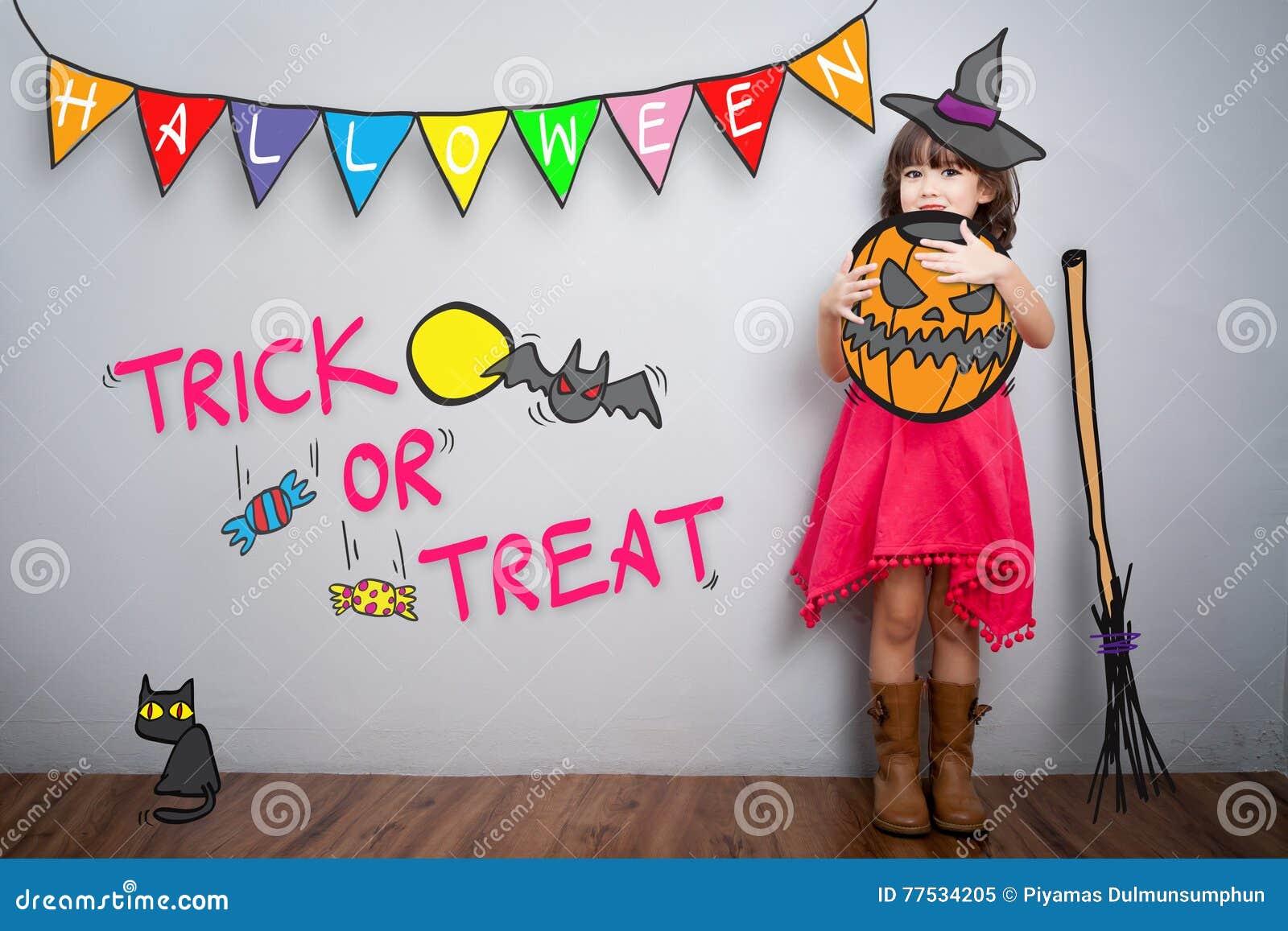 Retrato da menina bonito com a decoração t do traje do Dia das Bruxas