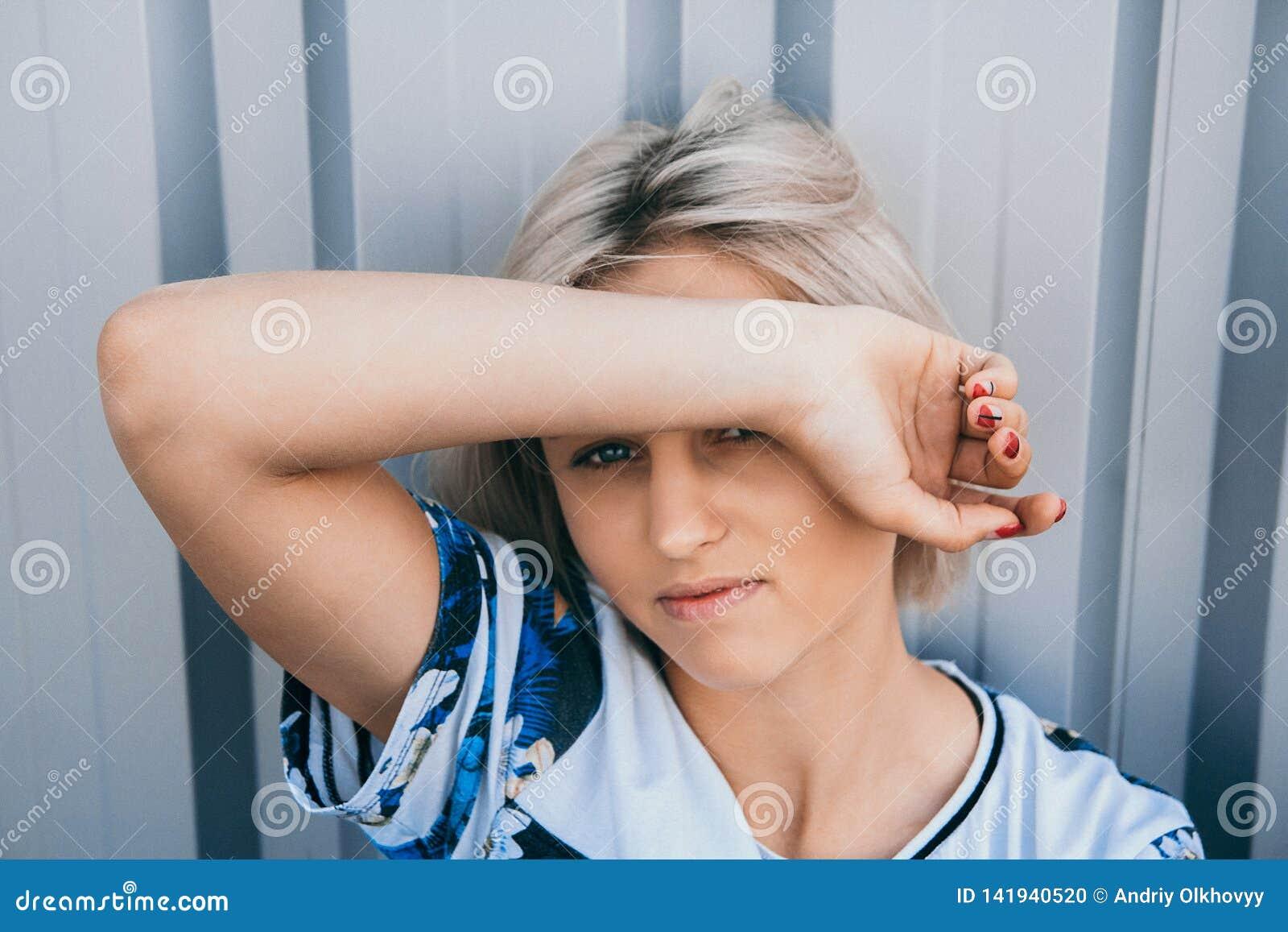 Retrato da menina bonito com penteado curto branco Sua cara da tampa do cabelo meia Está olhando para a frente