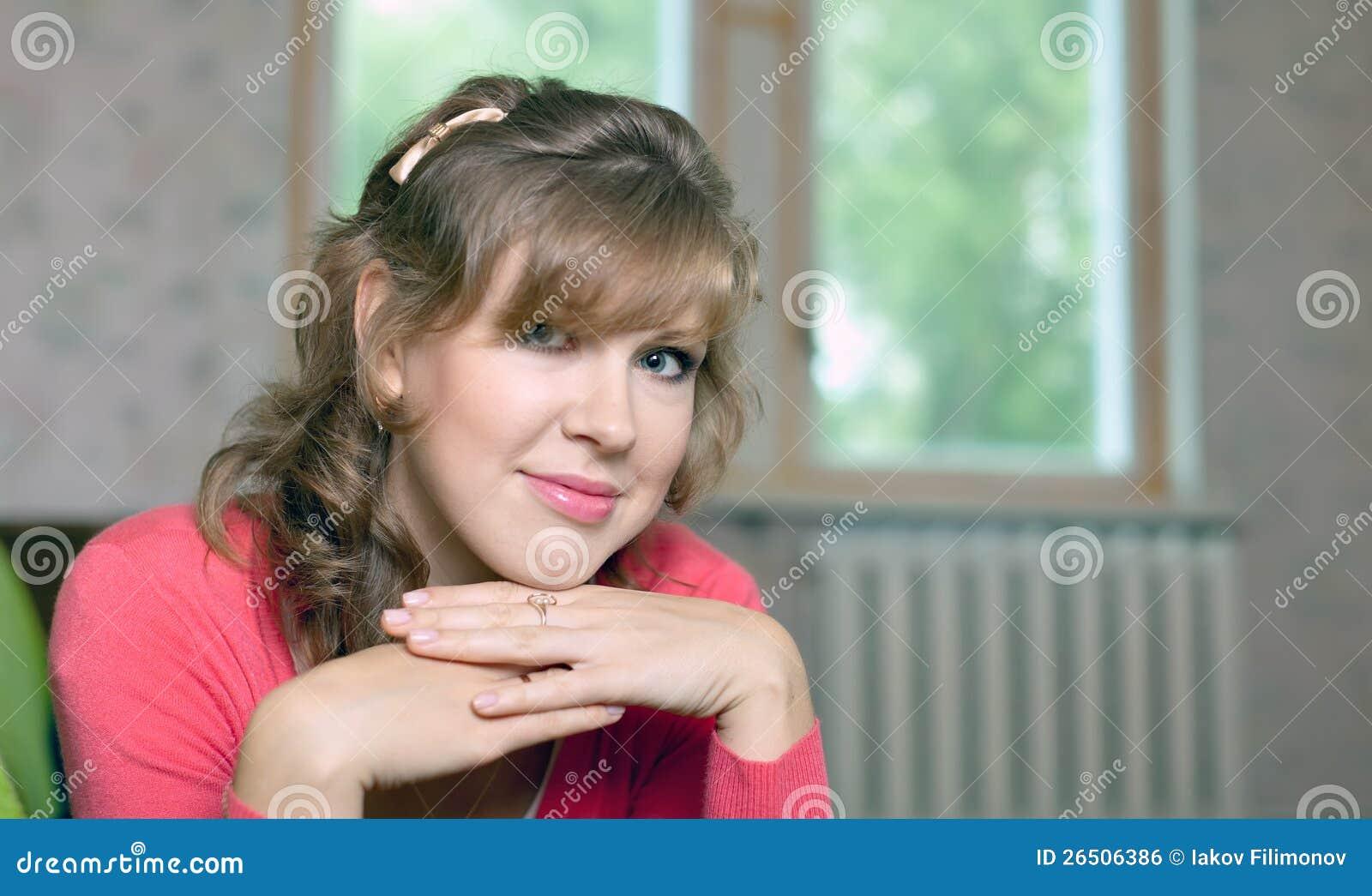 Retrato da menina da beleza na HOME