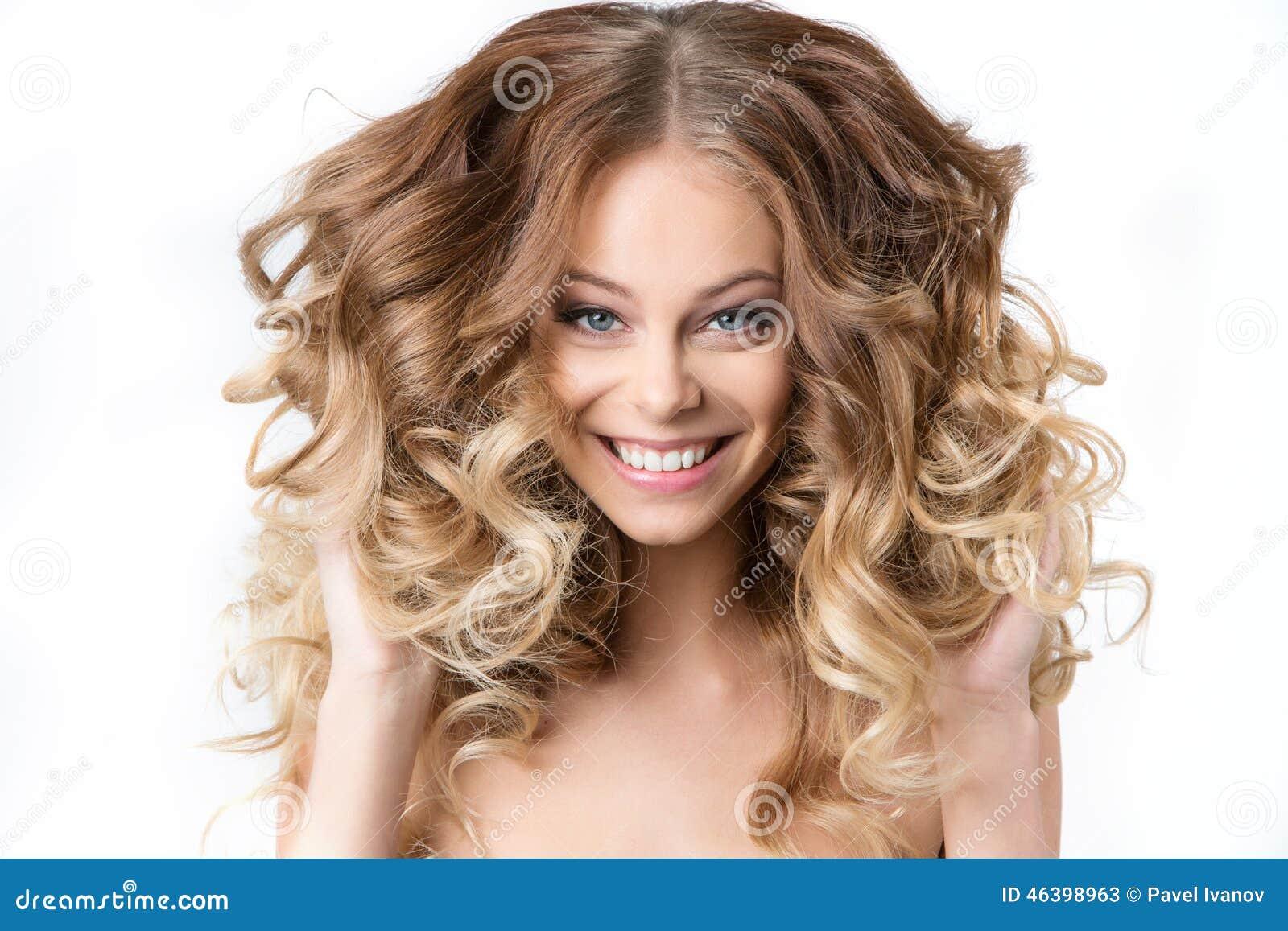 Retrato da menina de sorriso nova bonita com ondulação exuberante do cabelo